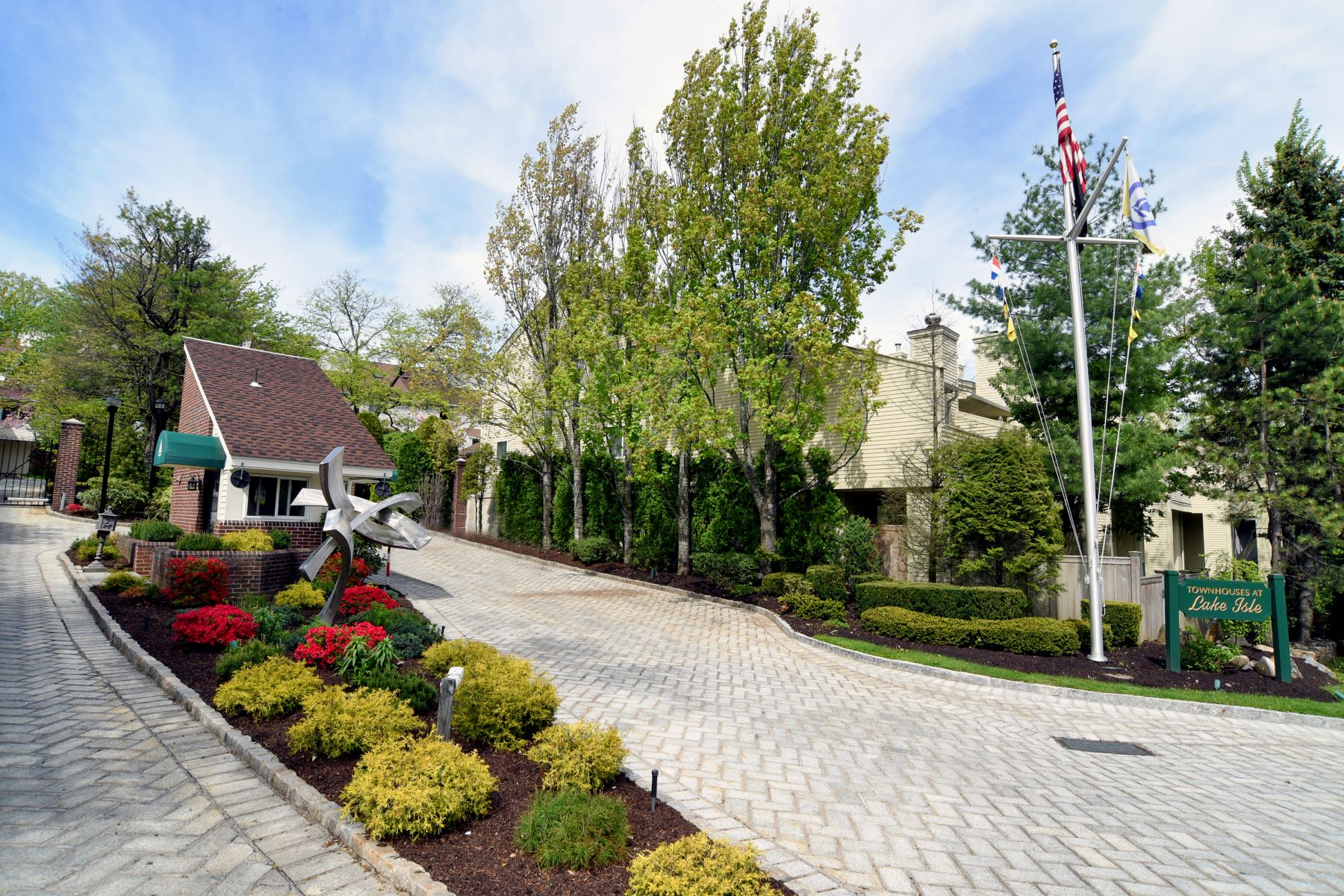 Townhouse for Rent at Easy Living in Lake Isle Town Home 36 Waterside Close Eastchester, New York 10709 United States