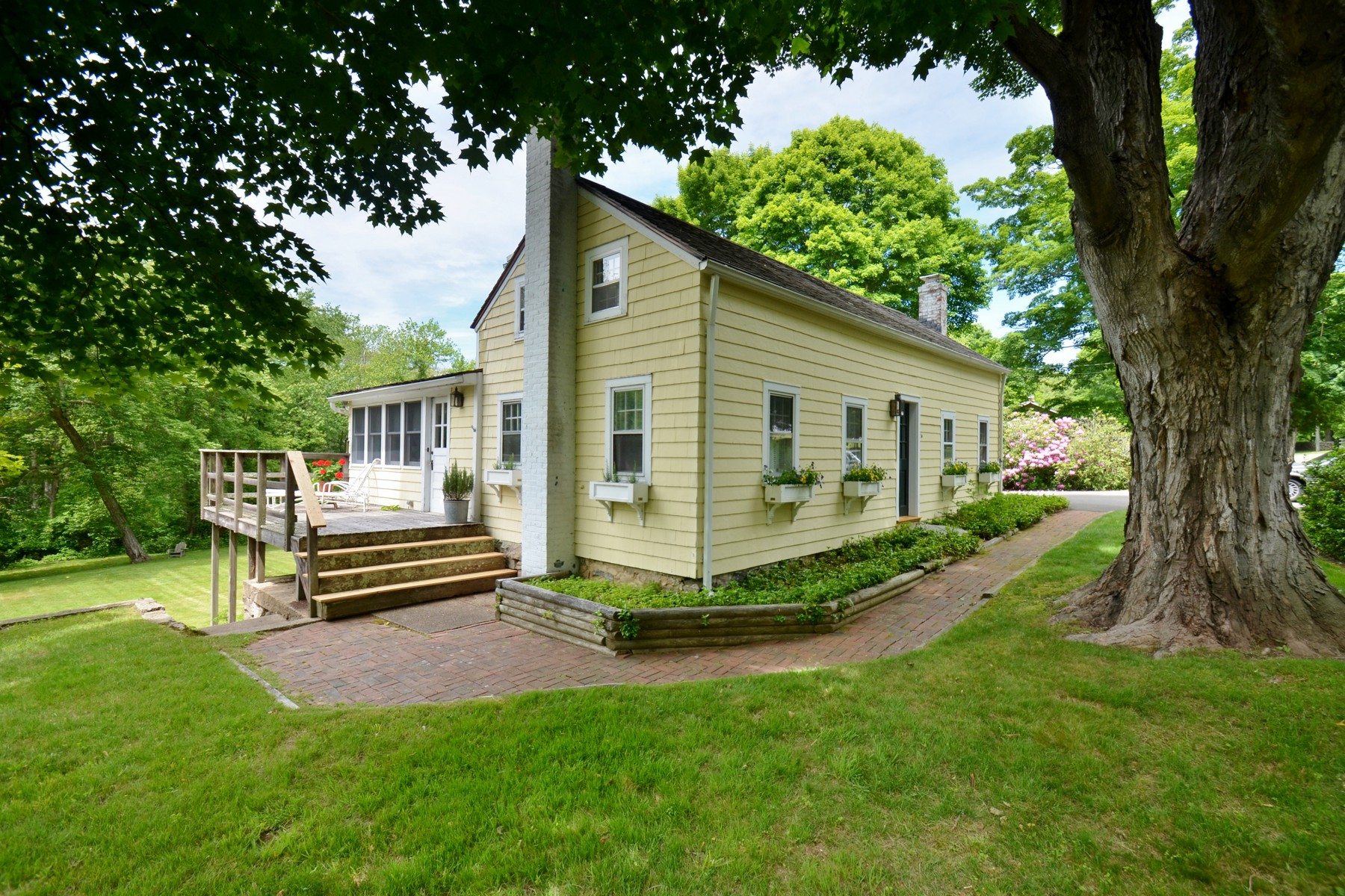 Casa Unifamiliar por un Venta en Cape Abounds with Character & Charm 56 Sill Lane Old Lyme, Connecticut 06371 Estados Unidos