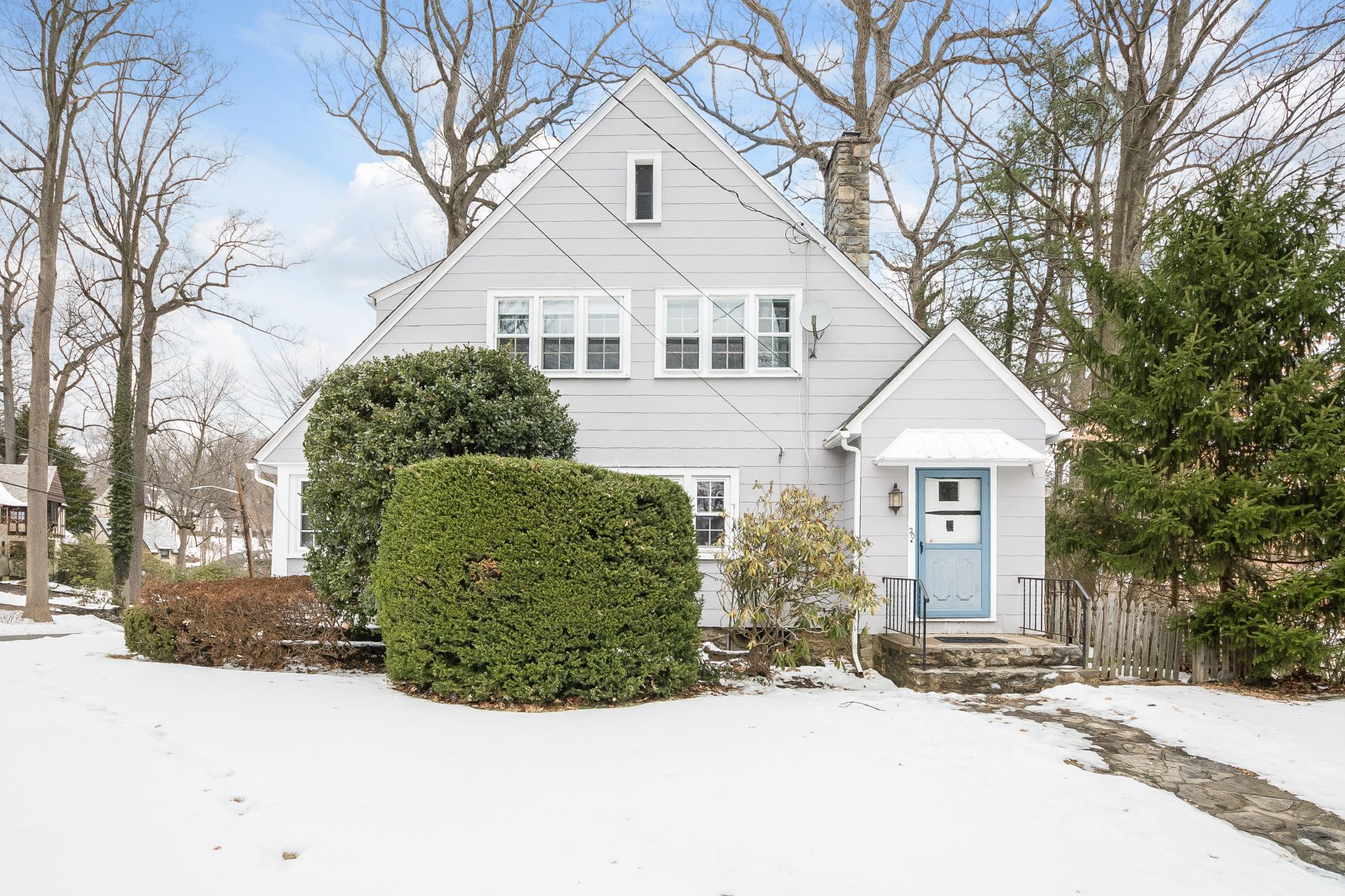 واحد منزل الأسرة للـ Sale في Charming Colonial on Corner Lot 20 Glenwood Road, Scarsdale, New York, 10583 United States