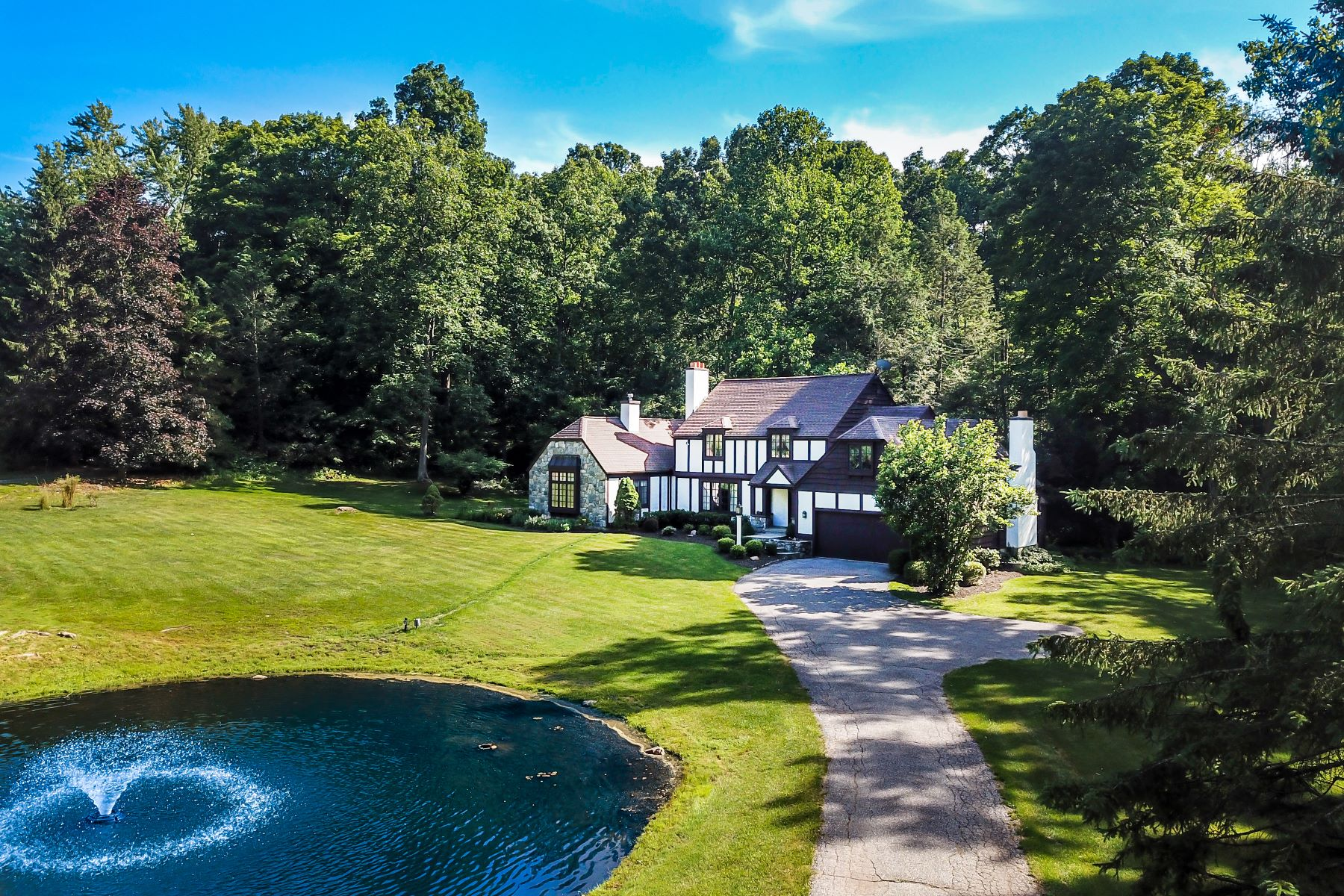 Single Family Homes for Sale at Attention To Quality And Craftsmanship 33 Obtuse Road North, Brookfield, Connecticut 06804 United States