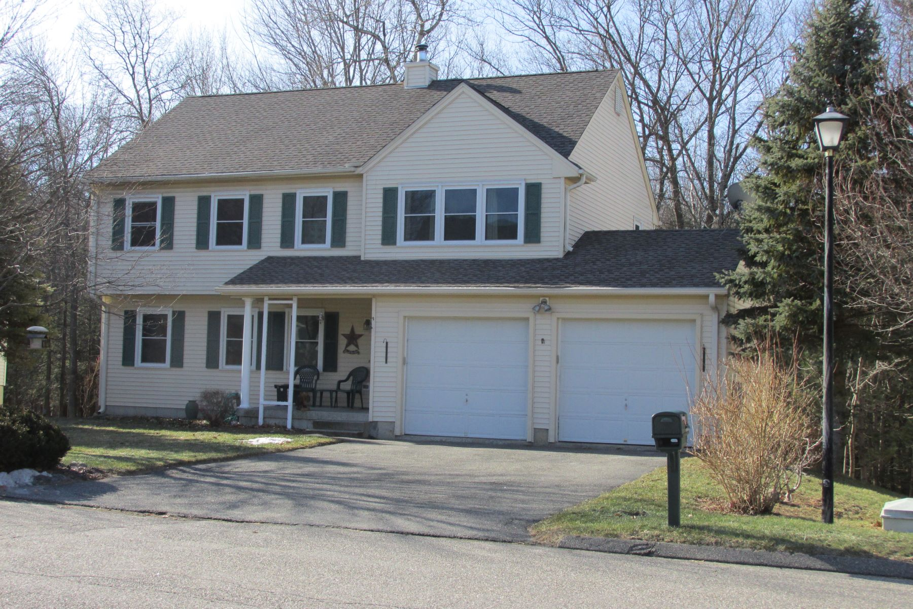 Moradia para Venda às Nicely Maintained and Updated Home 167 Ginger Ln Torrington, Connecticut 06790 Estados Unidos