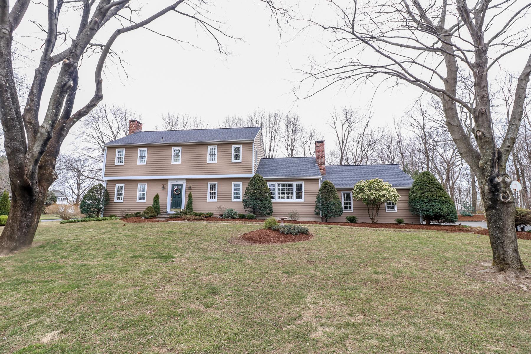 single family homes voor Verkoop op Quintessential New England Colonial 18 Winthrop Rd, Bethel, Connecticut 06801 Verenigde Staten