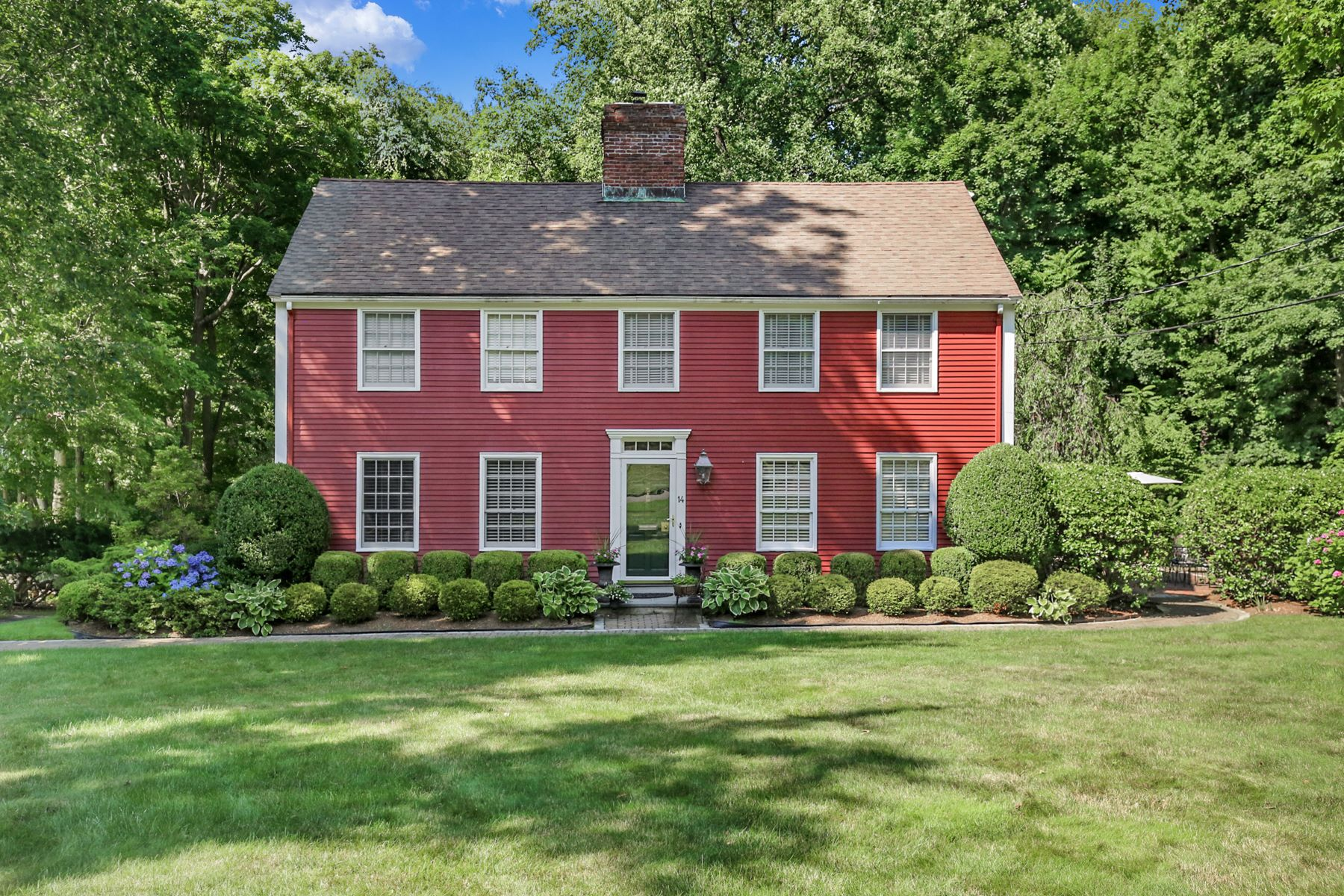 Single Family Homes 為 出售 在 Picture Perfect Colonial 14 Old Farm Lane, Hartsdale, 纽约 10530 美國