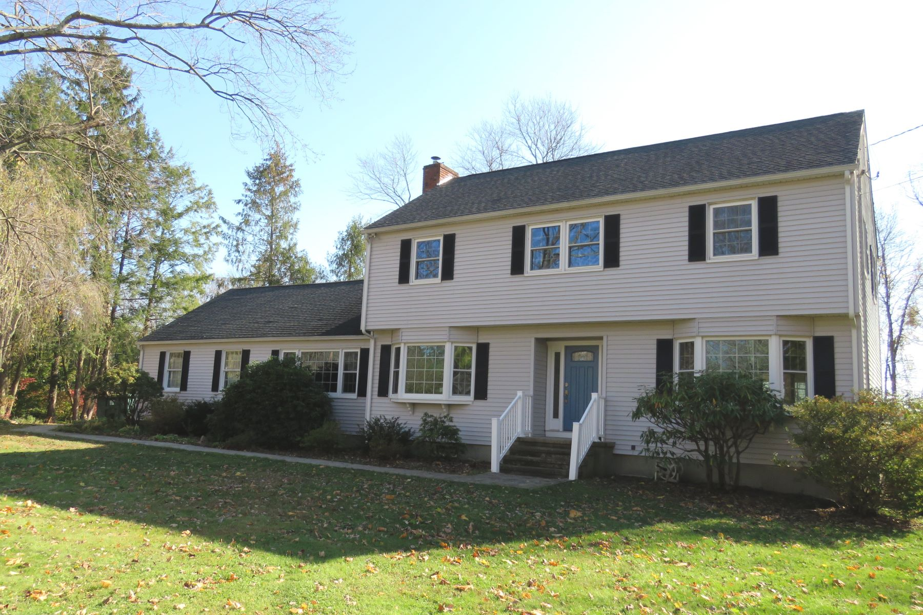 Single Family Homes pour l Vente à Serene Pastoral Views 16 Grand Place Newtown, Connecticut 06470 États-Unis