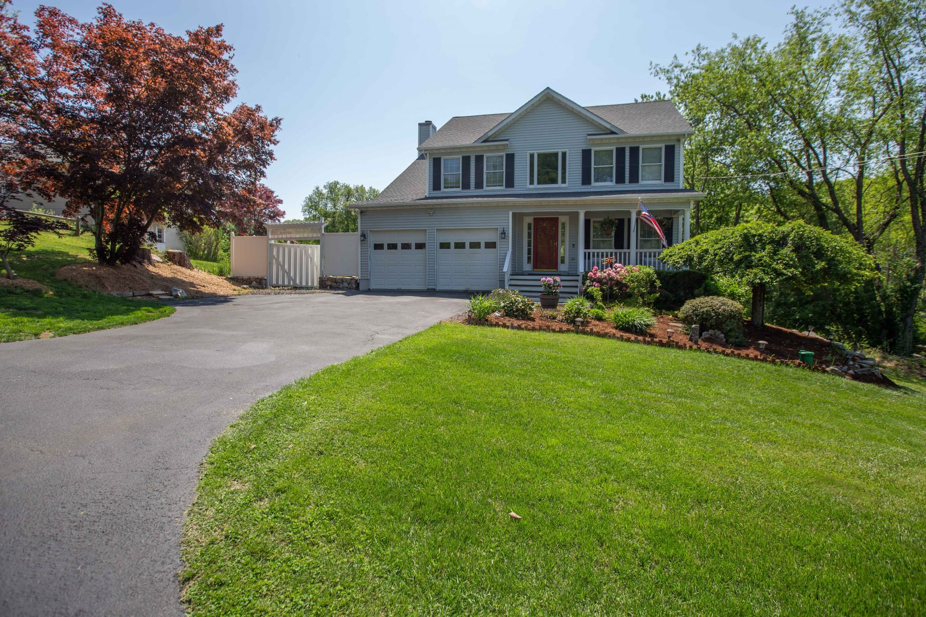 Single Family Homes للـ Sale في Great Home with Many Upgrades 5 Musket Ridge Road, New Fairfield, Connecticut 06812 United States