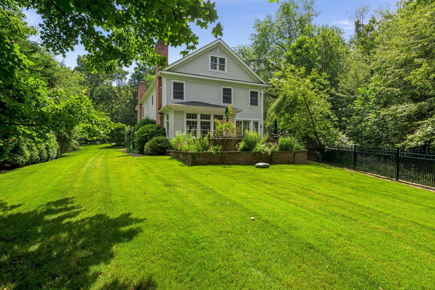 Nhà ở một gia đình vì Bán tại 3 Waterbury Lane Darien, Connecticut, 06820 Hoa Kỳ
