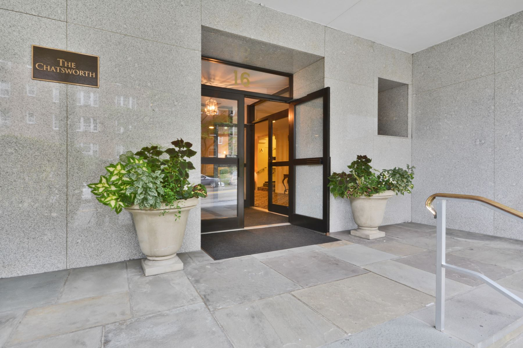 Mietervereinswohnung für Verkauf beim Serene Location Close to Town 16 North Chatsworth Avenue 504 Larchmont, New York, 10538 Vereinigte Staaten