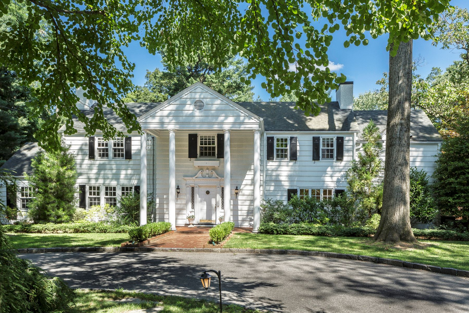 واحد منزل الأسرة للـ Sale في Lawrence Park West Southern Colonial 20 Hereford Road, Bronxville, New York, 10708 United States