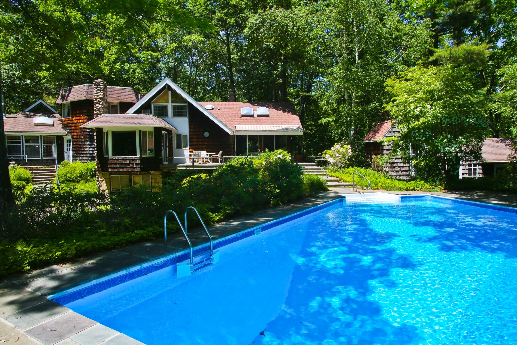 Maison unifamiliale pour l Vente à Secluded, Comfortable 63-Acre Estate in Great Barrington 14 Monument Valley Rd Great Barrington, Massachusetts 01230 États-Unis
