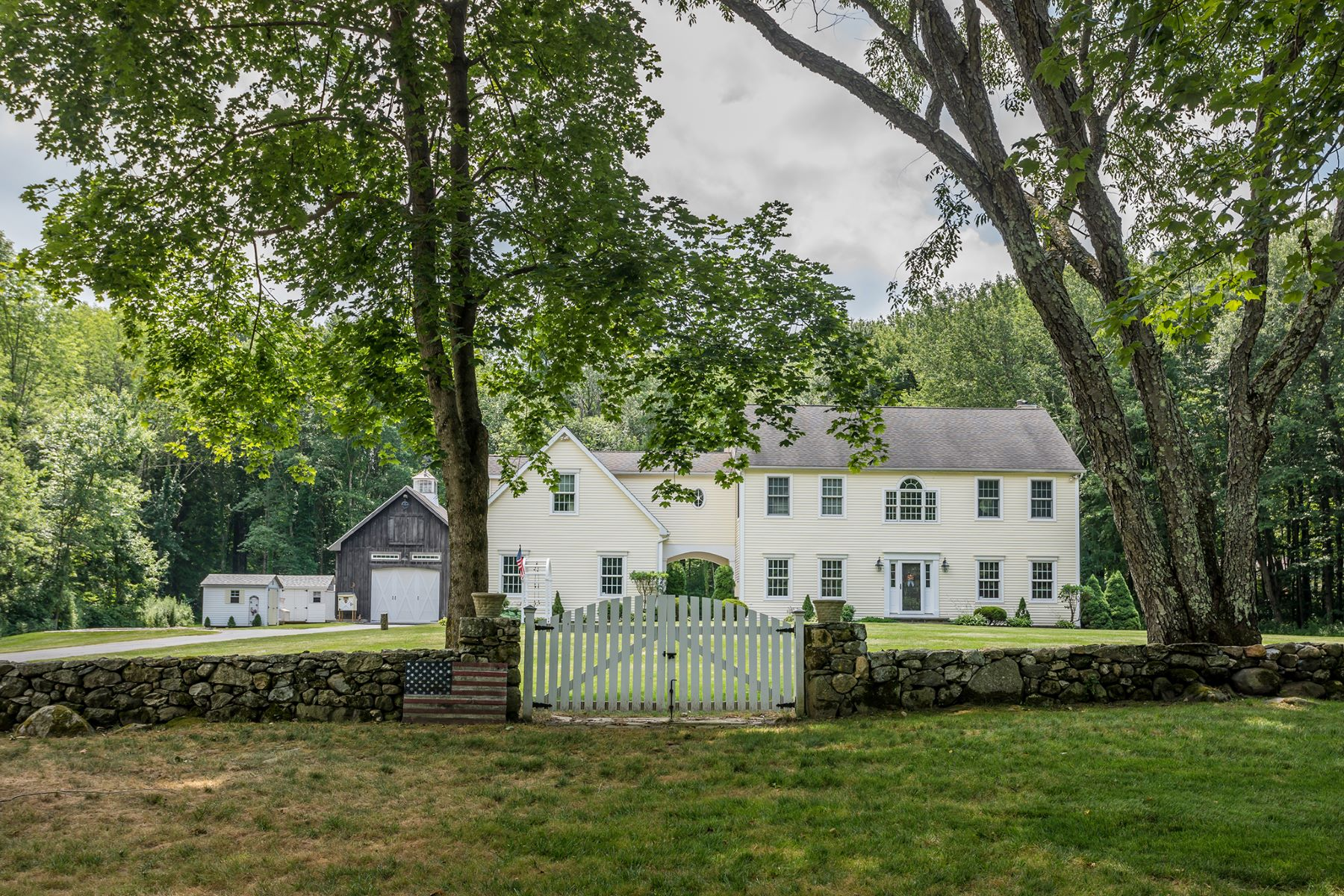 Single Family Homes للـ Sale في Picture perfect colonial 7 Hickory Hill Road, Morris, Connecticut 06758 United States