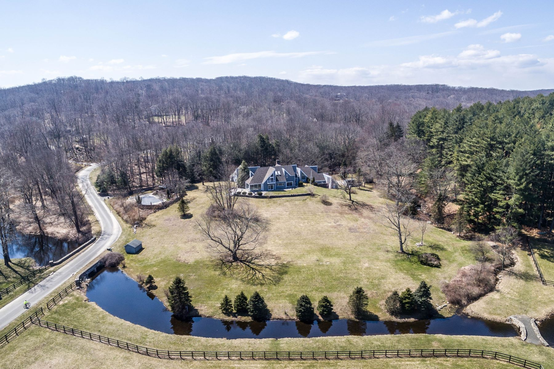 Maison unifamiliale pour l Vente à Views, Views & More Views! 8 Equestrian Ridge Newtown, Connecticut 06470 États-Unis