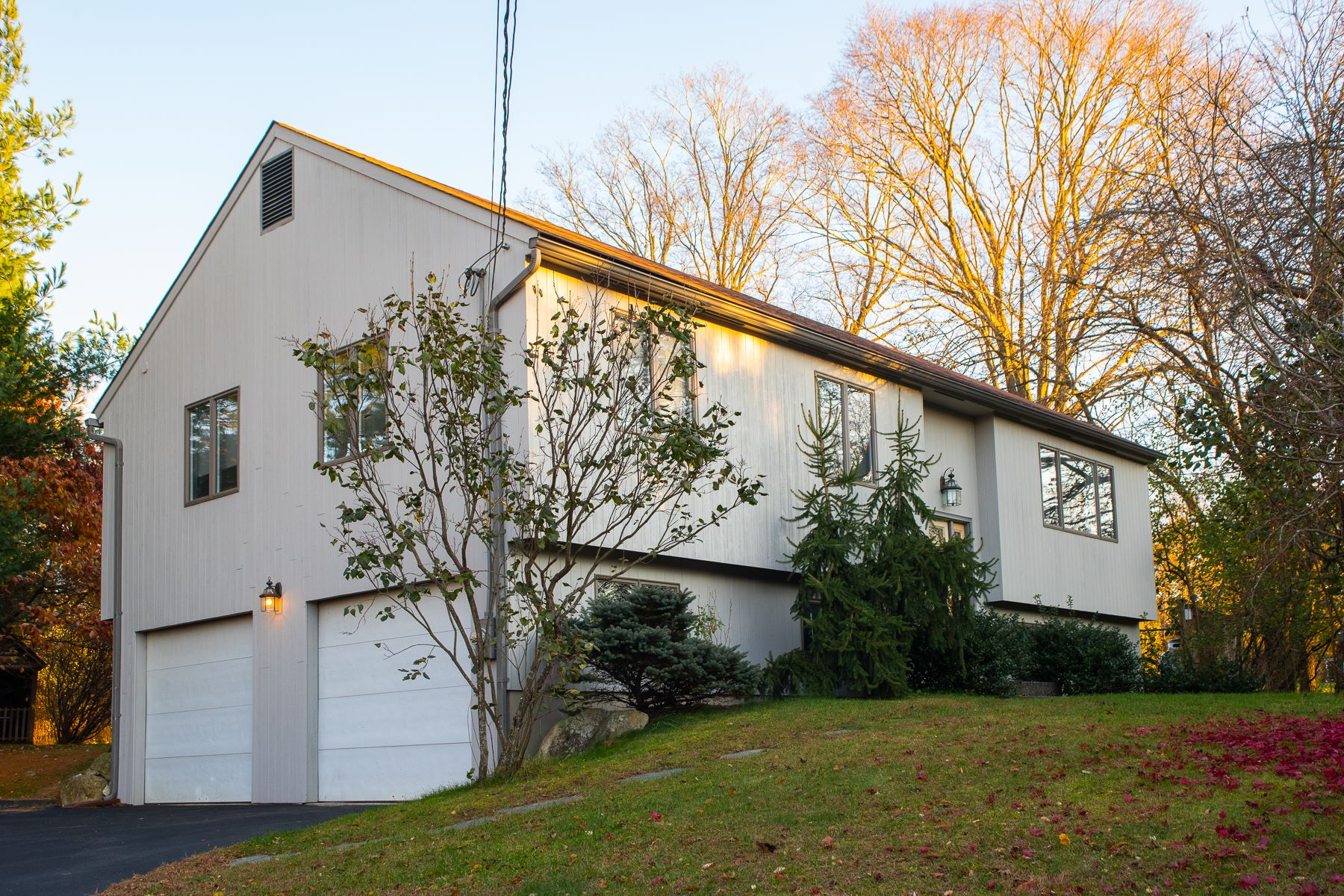 Casa Unifamiliar por un Venta en Beautifully Maintained Raised Ranch 27 Town View Drive New Milford, Connecticut 06776 Estados Unidos