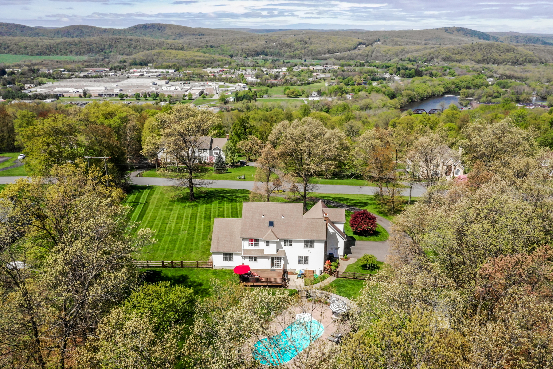 single family homes voor Verkoop op Classic Colonial 12 Meredith Lane, New Milford, Connecticut 06776 Verenigde Staten