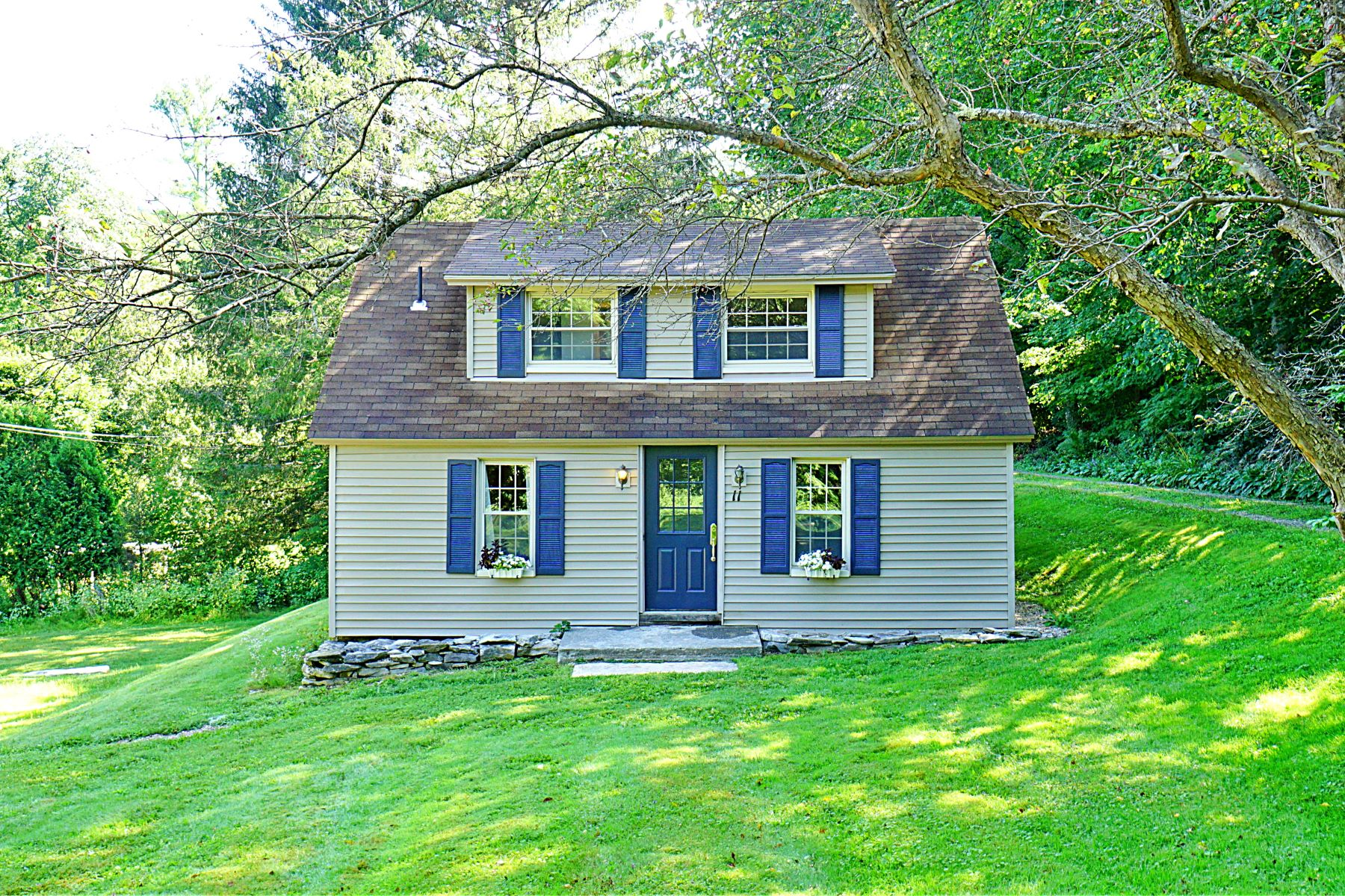Single Family Homes pour l Vente à Charming New England Farmhouse 11 Stockbridge Rd West Stockbridge, Massachusetts 01266 États-Unis