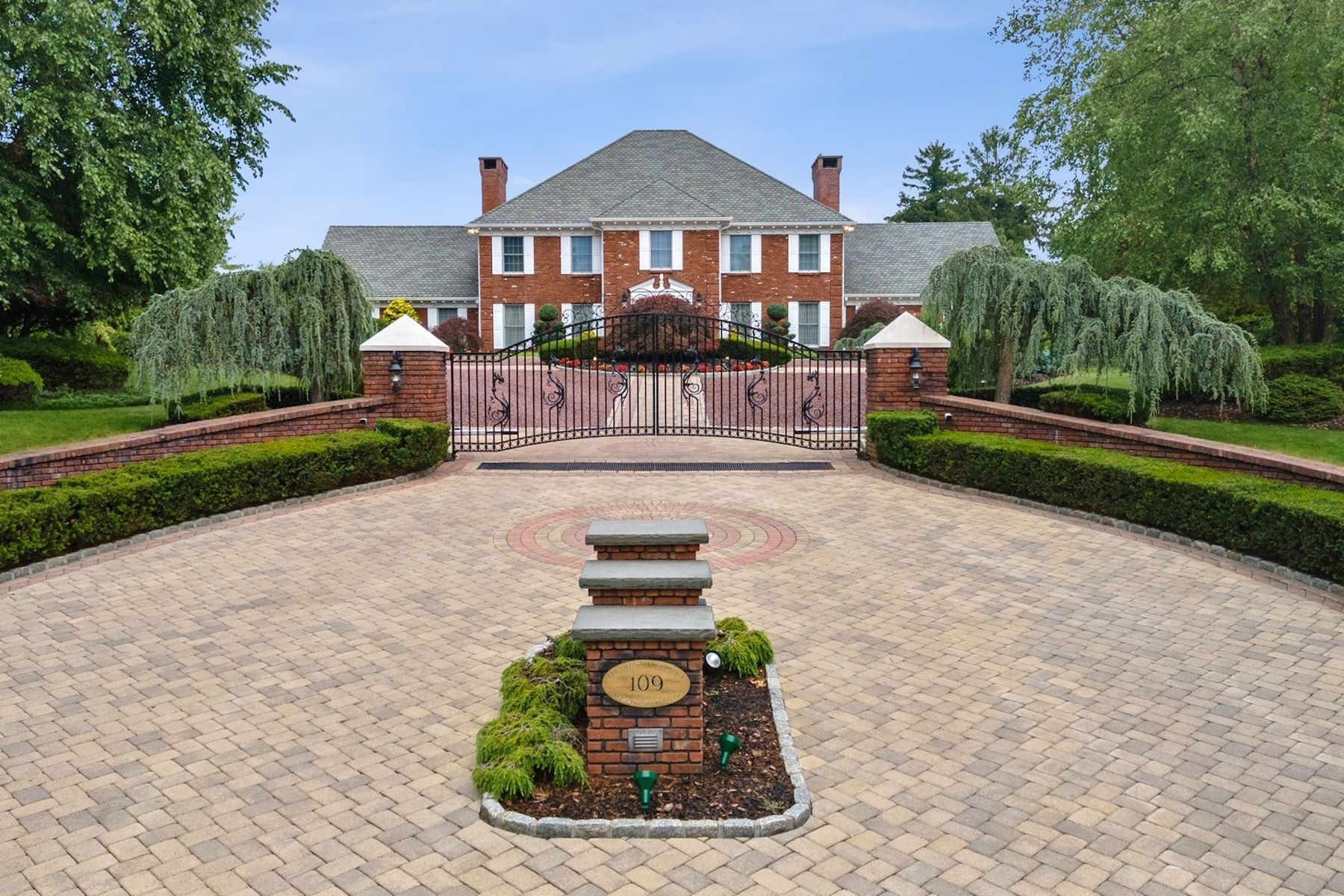 Single Family Homes 為 出售 在 Live in the Lap of Luxury! 109 Mamaroneck Road, Scarsdale, 纽约 10583 美國
