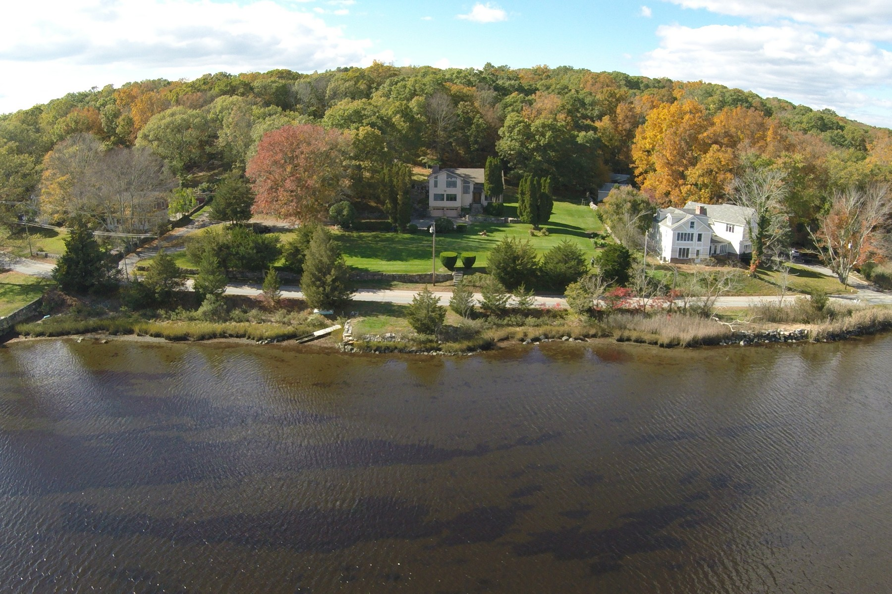 Casa Unifamiliar por un Venta en Beautiful River Views 743 River Road Groton, Connecticut 06355 Estados Unidos