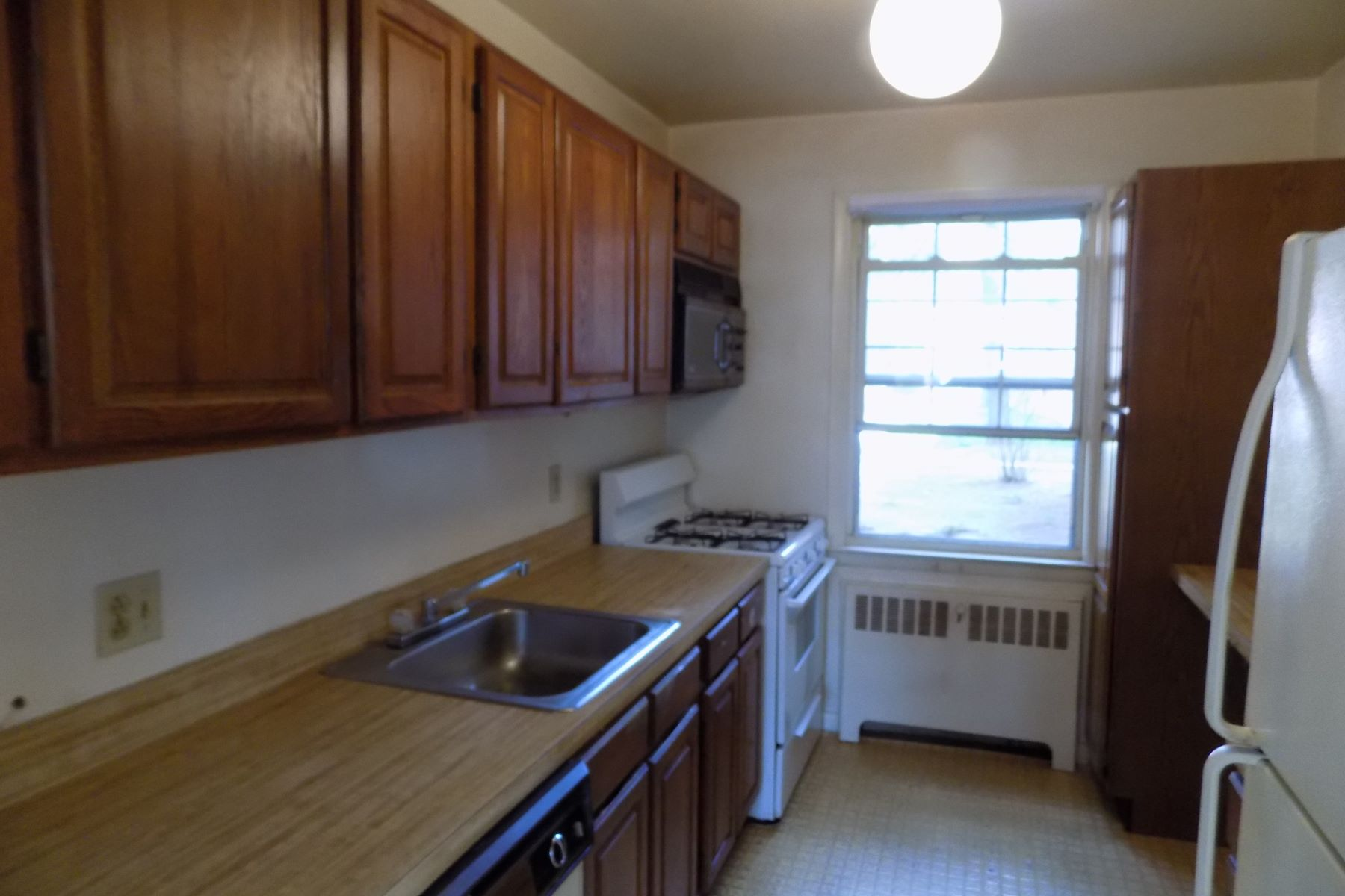 Co-op Properties for Sale at Bright Corner unit Co-op 2 Fieldstone Drive 17 Hartsdale, New York 10530 United States