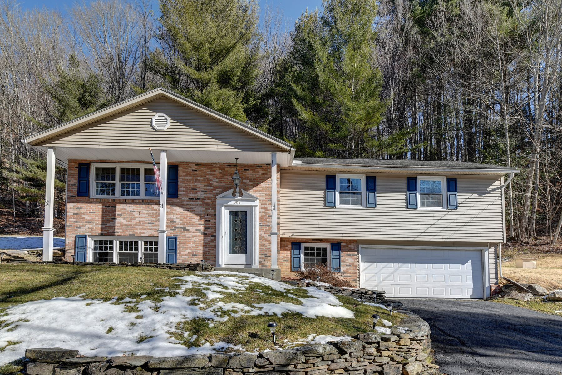 Single Family Homes por un Venta en Spacious and Sophisticated Woodland Home 805 East New Lenox Rd Pittsfield, Massachusetts 01201 Estados Unidos