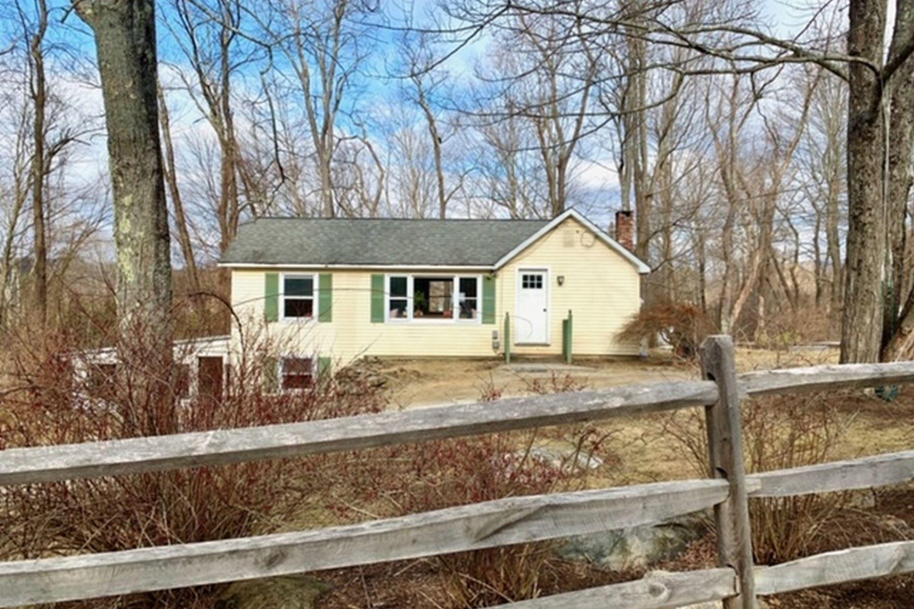 Single Family Homes por un Venta en Sweet Renovated Ranch on Sunny Double Lot with Seasonal Views 27 Blue Hill Rd Great Barrington, Massachusetts 01230 Estados Unidos