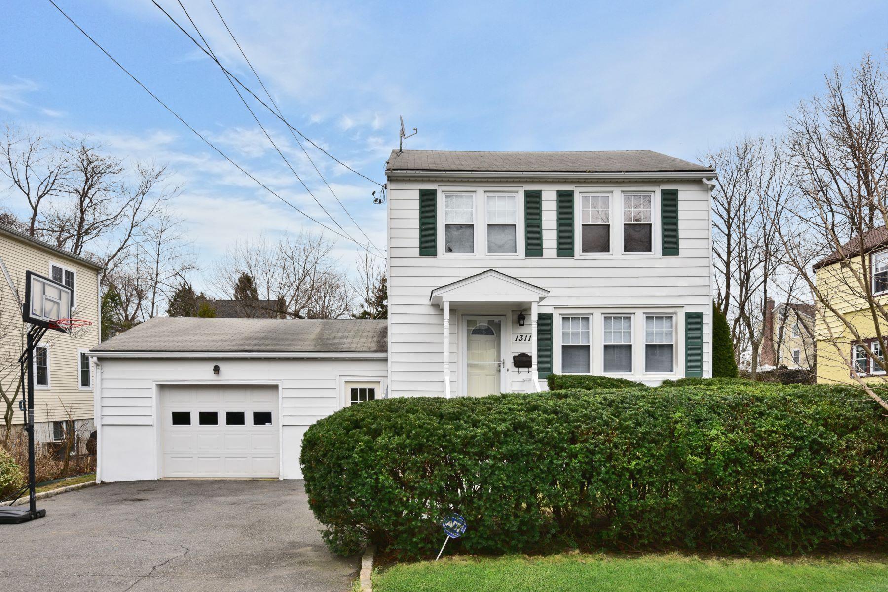 Casa Unifamiliar por un Venta en Something Wonderful 1311 Stoneybrook Avenue, Mamaroneck, Nueva York, 10543 Estados Unidos