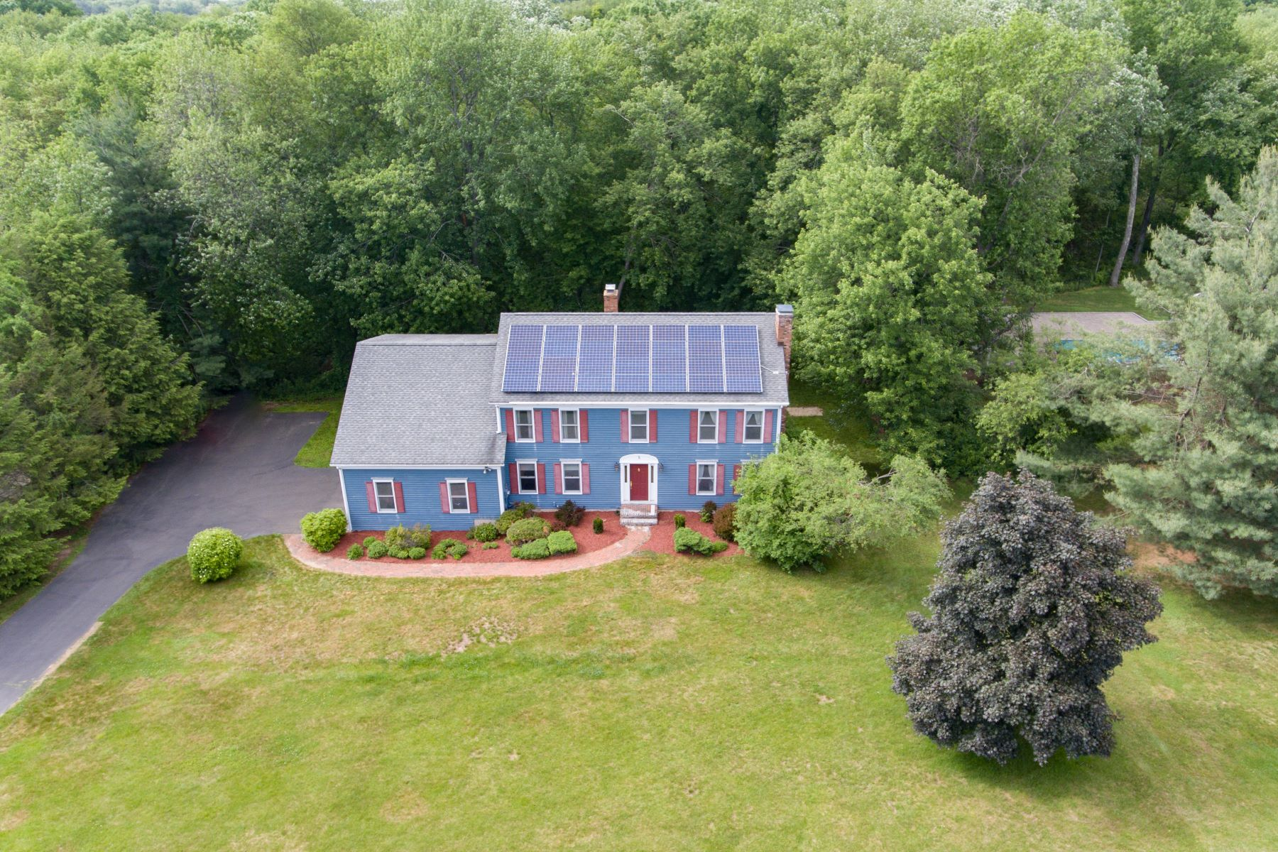 Casa Unifamiliar por un Venta en Wonderfully Appointed Colonial 5 Racebrook Drive Bethel, Connecticut 06801 Estados Unidos