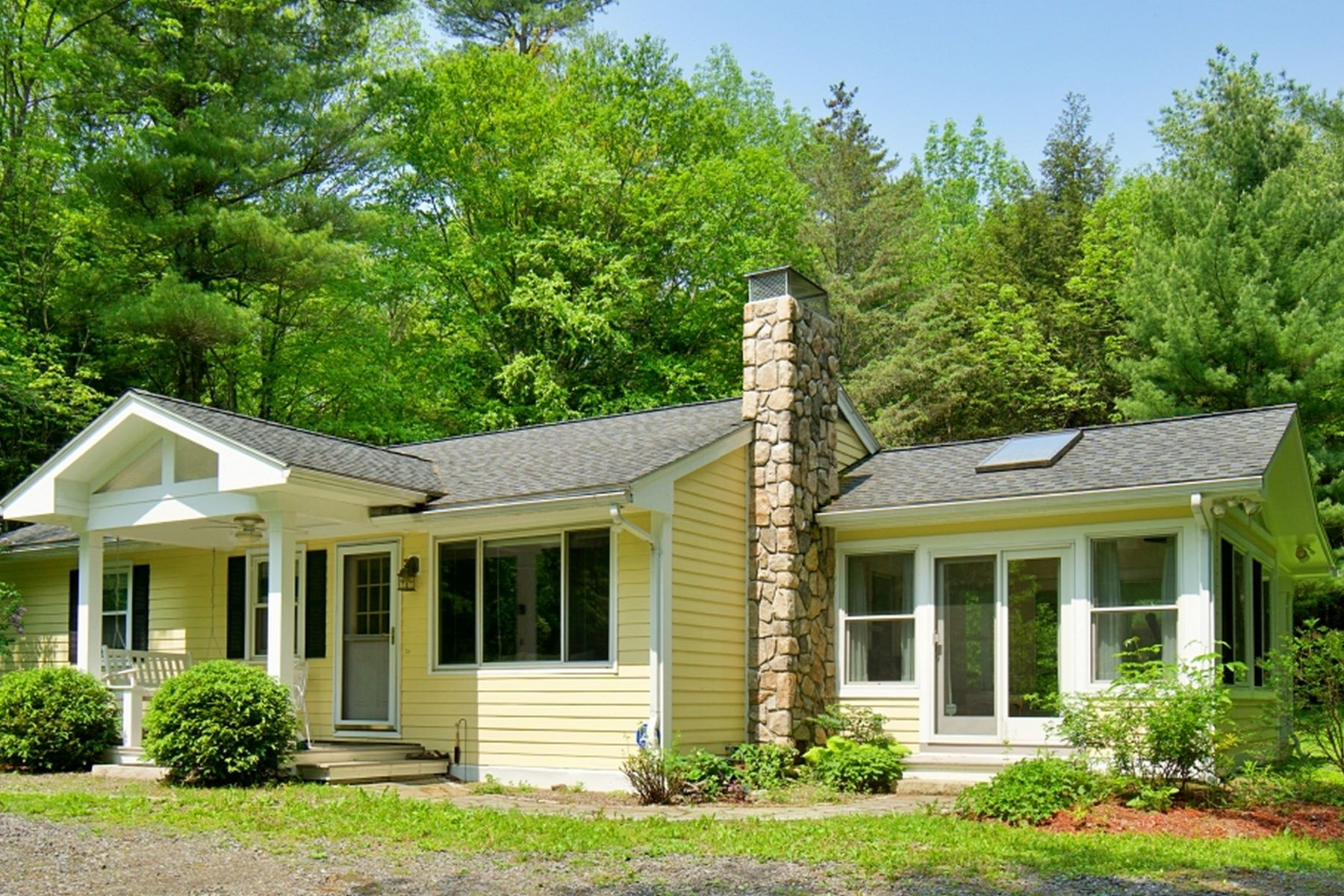 Single Family Homes pour l Vente à Perfect Private Country Retreat 108 East Alford Rd West Stockbridge, Massachusetts 01266 États-Unis