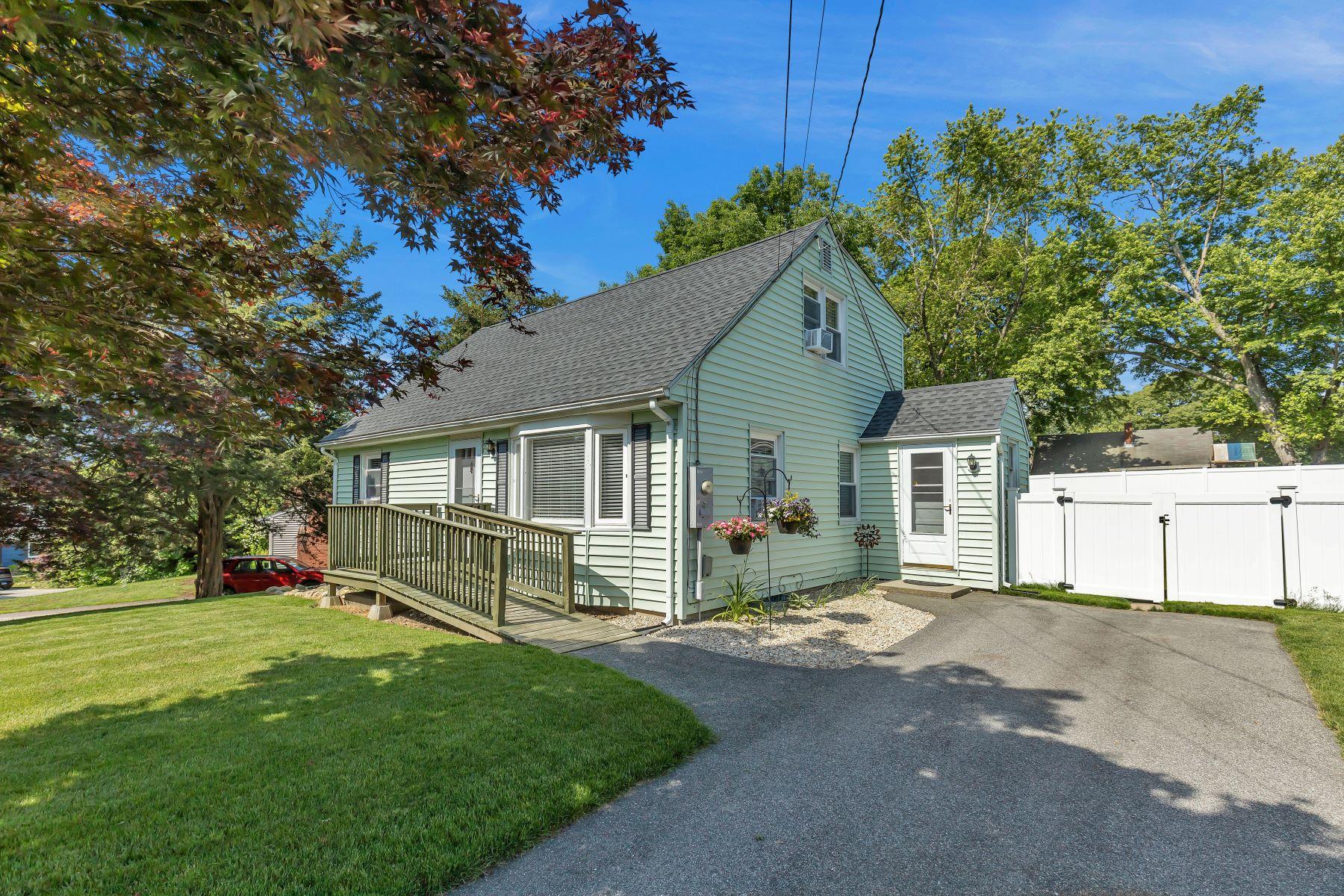 Single Family Homes por un Venta en Delightful Cape 7 Pond Drive North Stonington, Connecticut 06359 Estados Unidos