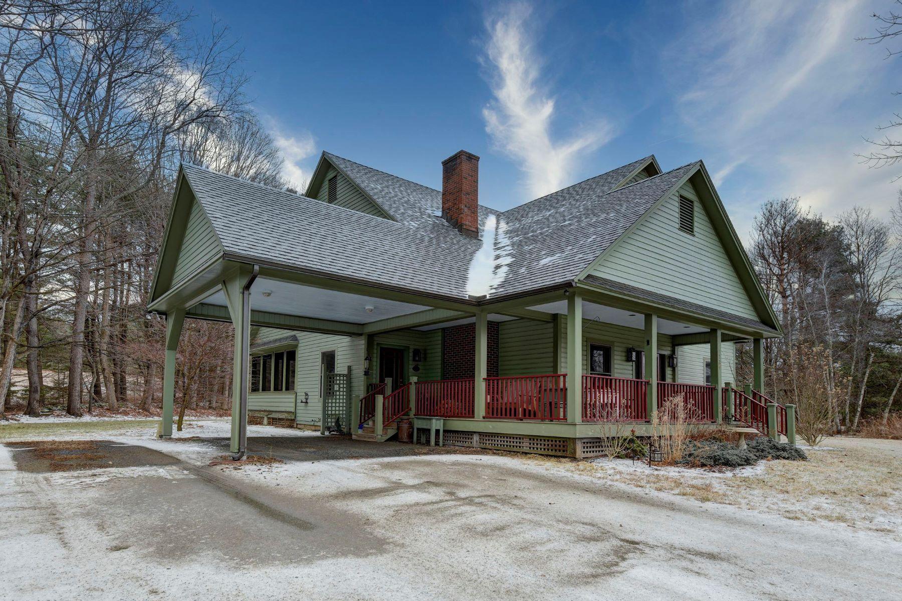 Single Family Homes por un Venta en Cozy Contemporary Cape 1724 Hartsville New Marlboro Rd New Marlborough, Massachusetts 01230 Estados Unidos