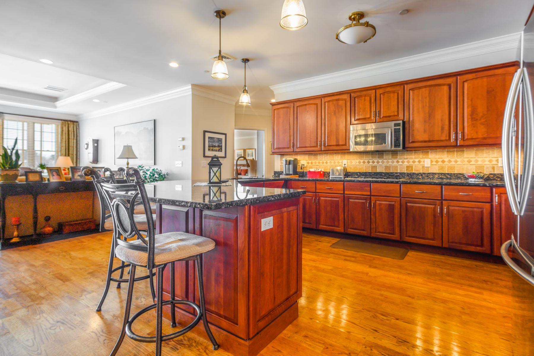 Appartement voor Verkoop op 60 Maple Street 60 Maple Street 24, Branford, Connecticut 06405 Verenigde Staten