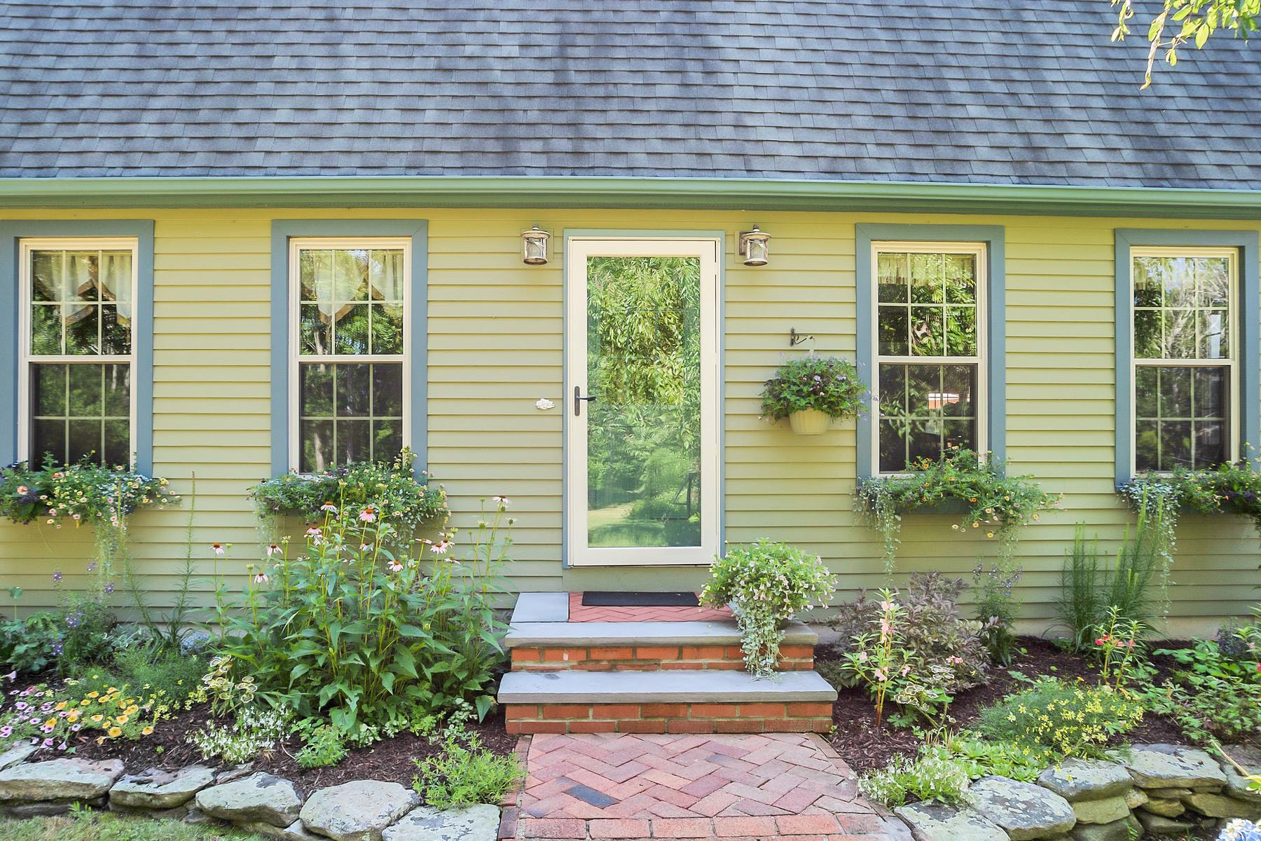 Maison unifamiliale pour l Vente à Beautifully Landscaped Gambrel Saltbox 20 Forsyth Road Montville, Connecticut 06370 États-Unis