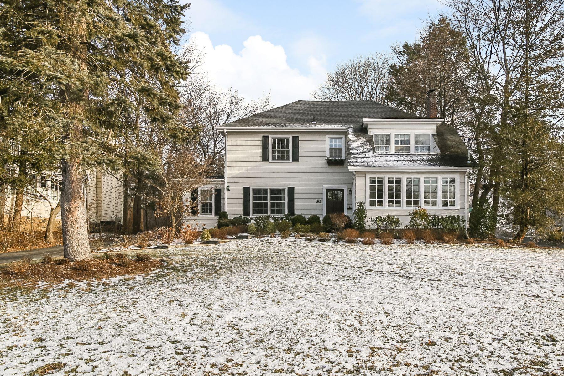 独户住宅 为 销售 在 Beautiful Sunny Expanded & Renovated Colonial 30 Montrose Road, 斯卡斯代尔, 纽约州, 10583 美国