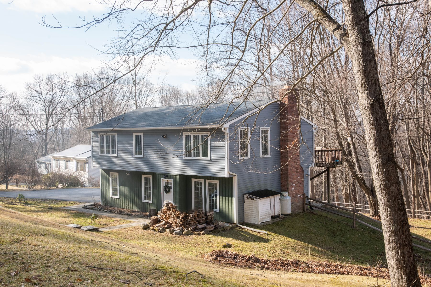 Single Family Homes para Venda às Updated Hi-Ranch 9 Mare Ln, New Milford, Connecticut 06776 Estados Unidos