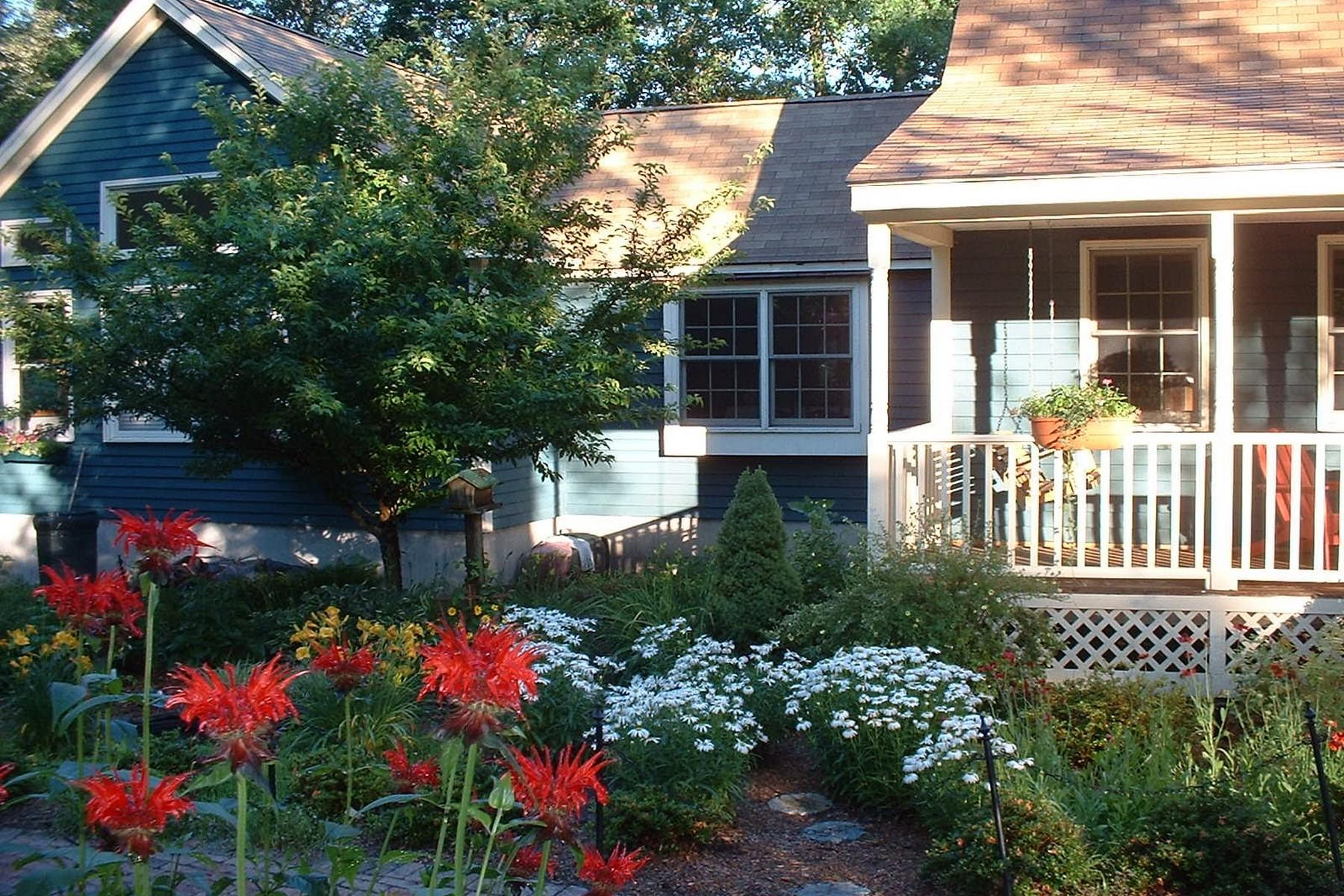 独户住宅 为 销售 在 Lovely Cedar Lake is a Short Walk Away! 12 Winthrop Rd 切斯特, 康涅狄格州, 06412 美国