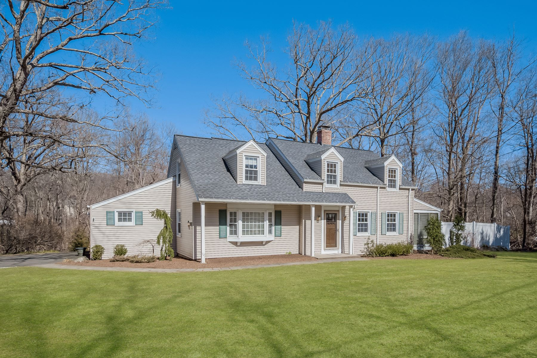 Eensgezinswoning voor Verkoop op Special Home With Character And Style 187-189 Middle River Road, Danbury, Connecticut 06811 Verenigde Staten