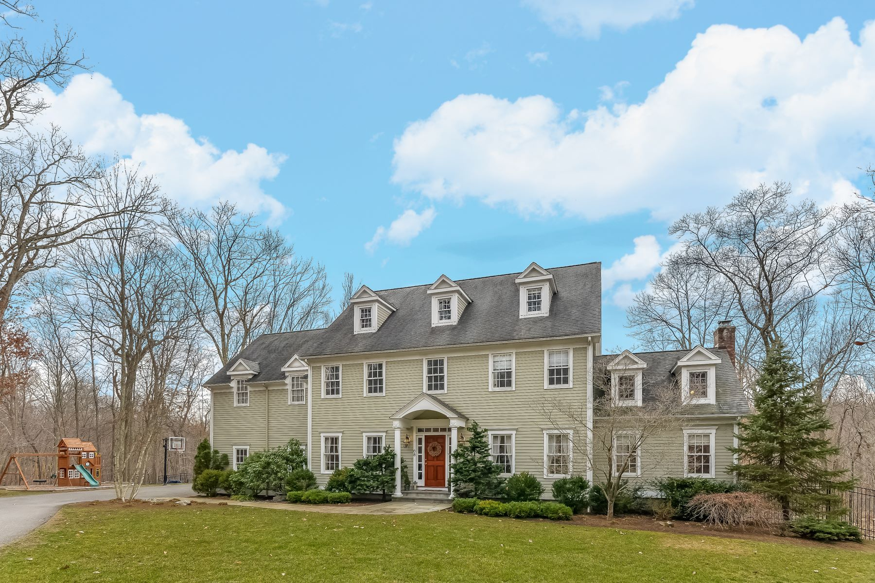 Casa Unifamiliar por un Venta en Spacious Colonial Set Privately 68 Topstone Road Ridgefield, Connecticut, 06877 Estados Unidos