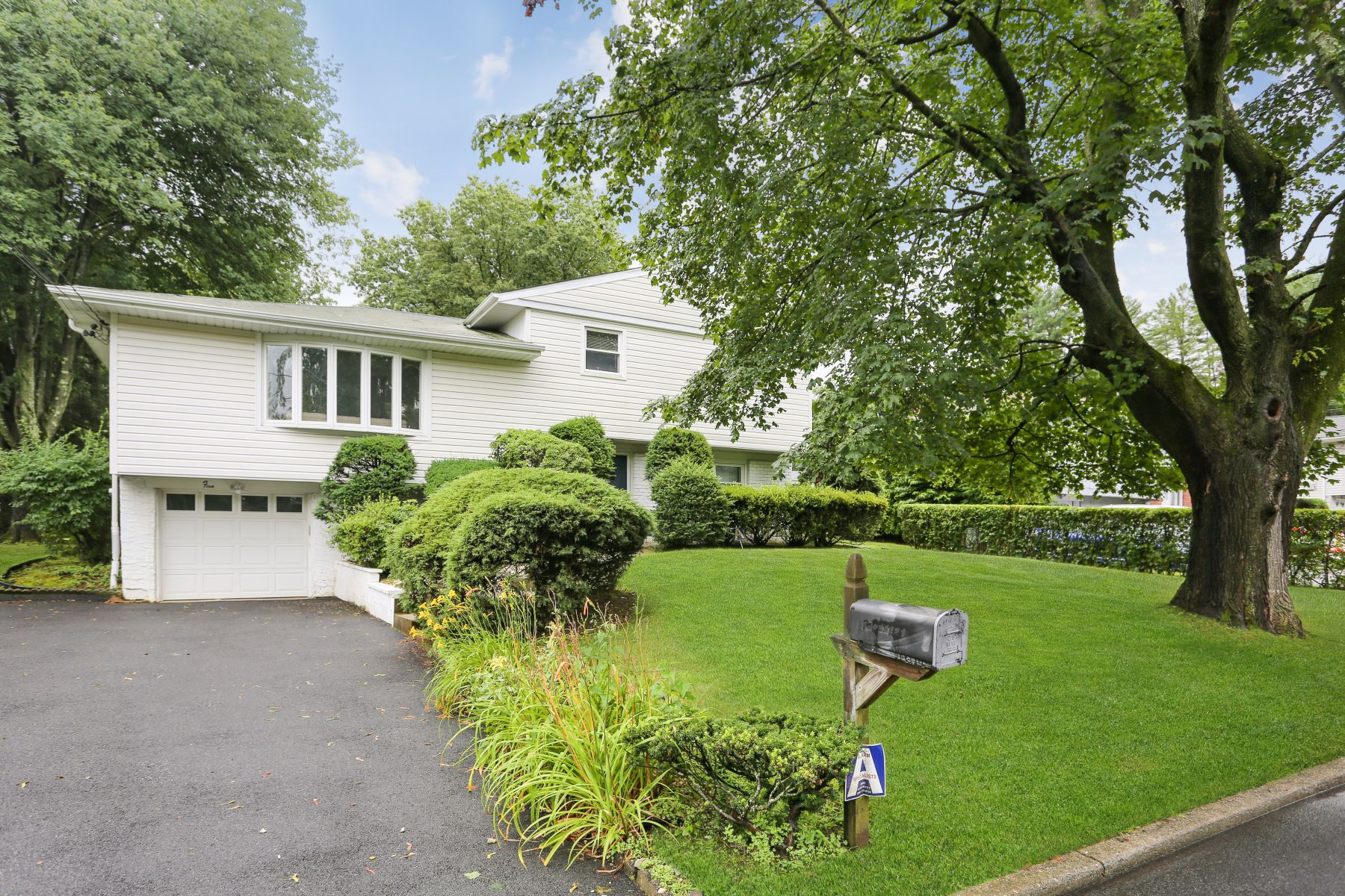Single Family Homes 為 出售 在 Fantastic Opportunity with this Classic Split! 5 Valleyview Road, Elmsford, 纽约 10523 美國