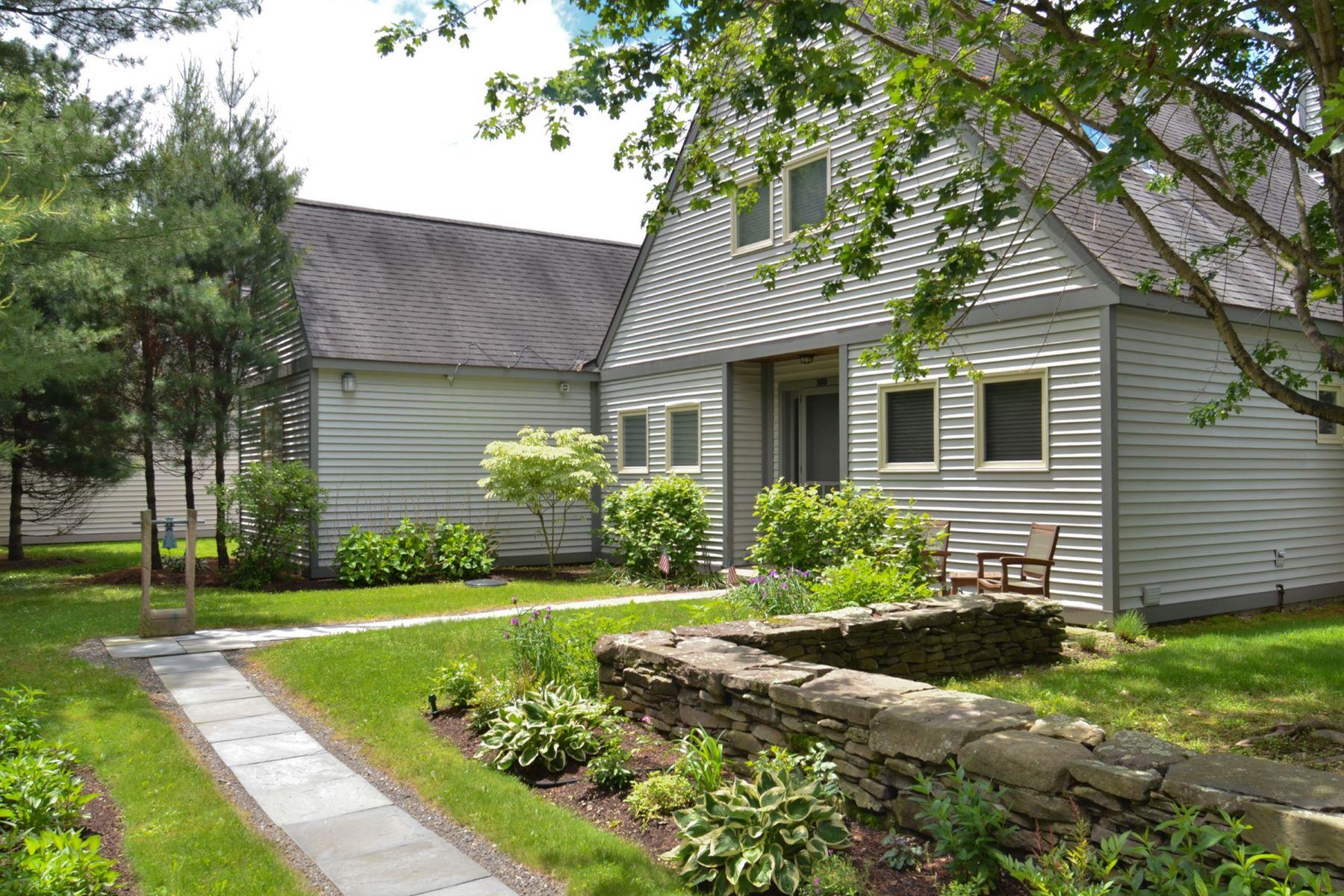 独户住宅 为 销售 在 Casually Elegant Lakefront Home 283 Arcadia Dr 安克拉姆, 纽约州 12502 美国
