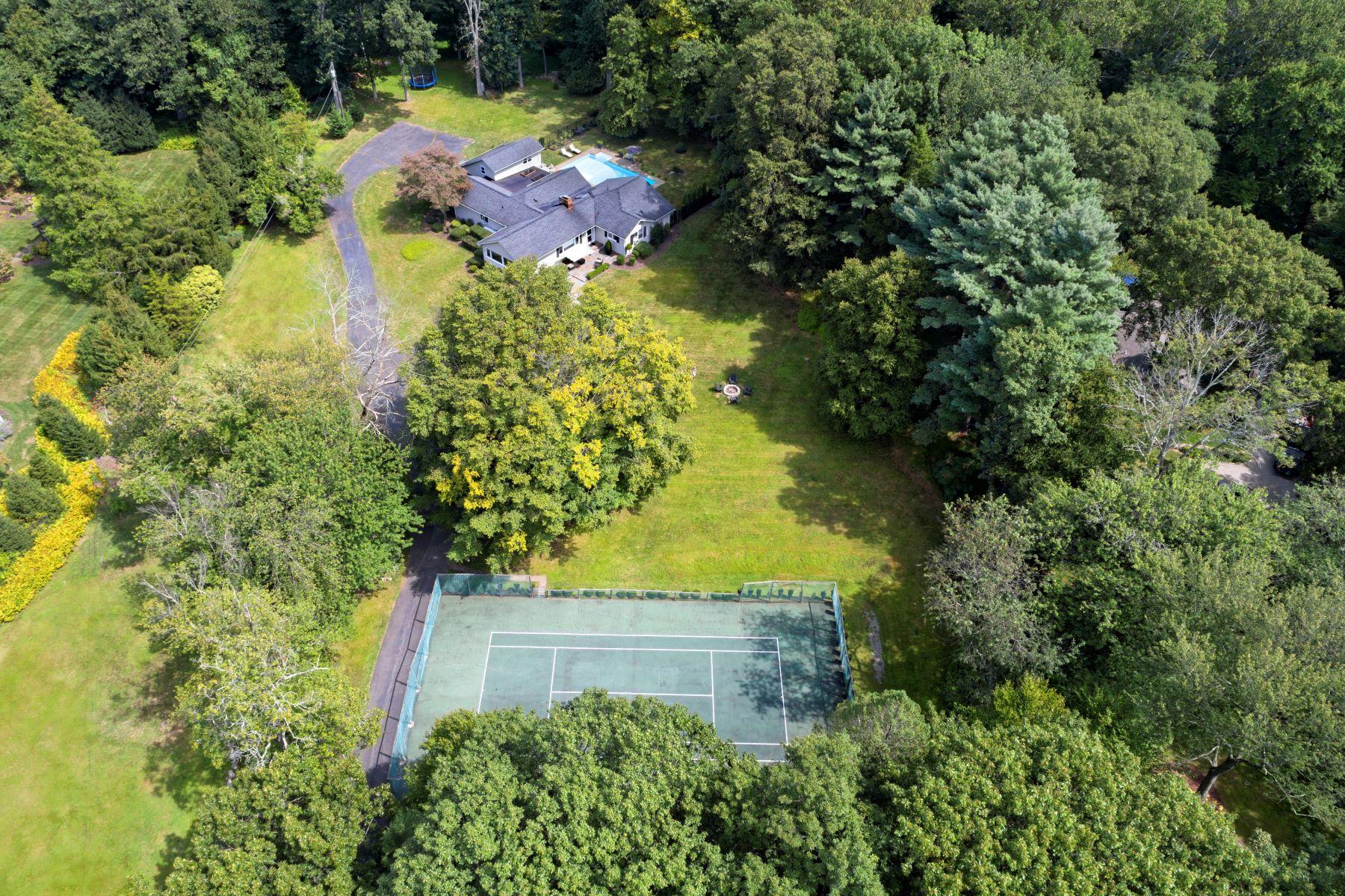 Single Family Homes per Vendita alle ore Come and Enjoy this Mini Estate in Westport! 230 A&b Bayberry Lane, Westport, Connecticut 06880 Stati Uniti