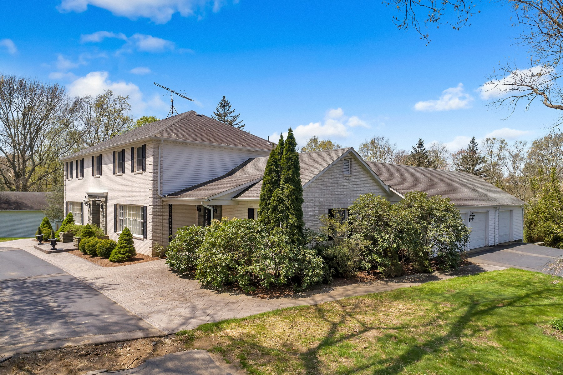 single family homes voor Verkoop op Conveniently Located Handsome Mini Estate 74 Case Street, Norwich, Connecticut 06360 Verenigde Staten