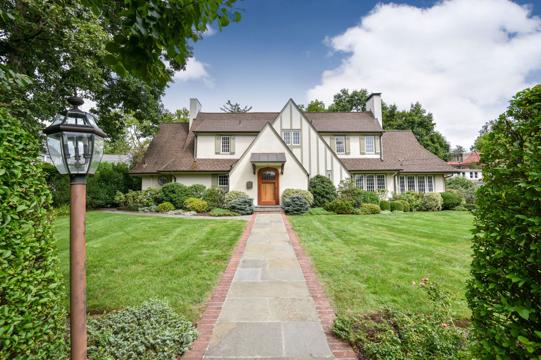 Single Family Home for Sale at 117 Beach Avenue 117 Beach Avenue Larchmont, New York 10538 United States
