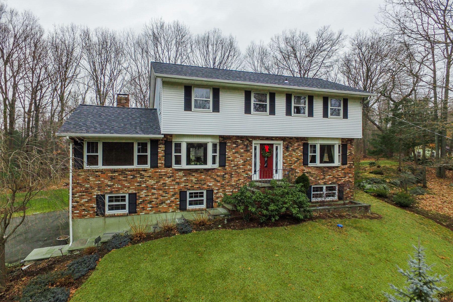 Casa para uma família para Venda às Quality Built Colonial 113 Chambers Road Danbury, Connecticut, 06811 Estados Unidos