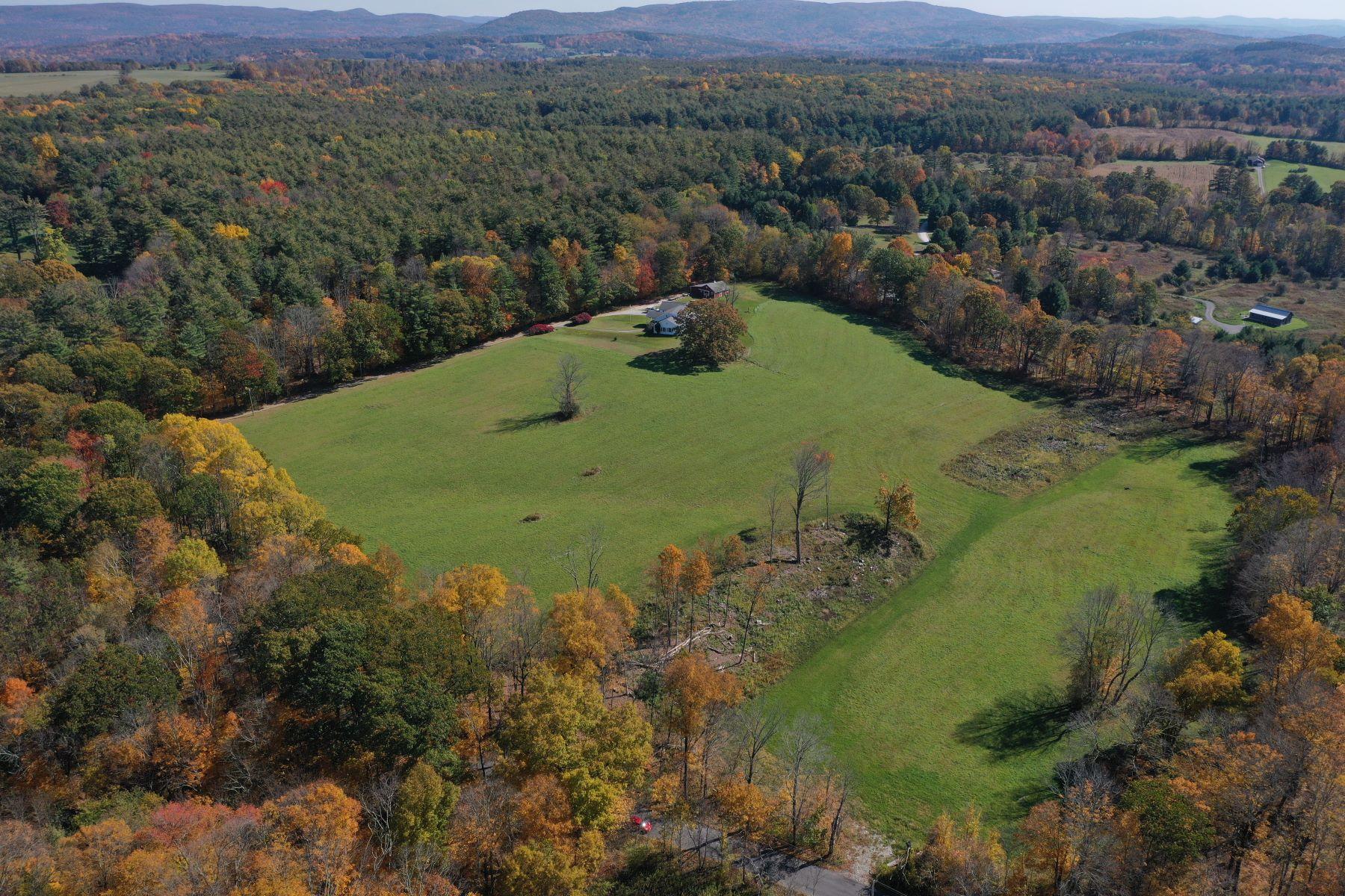 Single Family Homes 为 销售 在 Extraordinary Home and Horse Barn 67 Rowe Rd 艾格蒙特, 马萨诸塞州 01230 美国