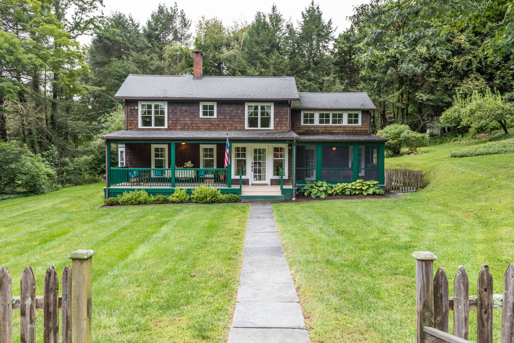 Casa Unifamiliar por un Venta en Beautifully-Renovated Antique Home 44 Evans Hill Road Sherman, Connecticut 06784 Estados Unidos