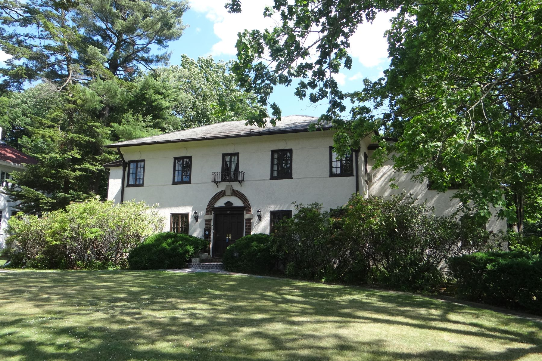 Casa Unifamiliar por un Venta en Mediterranean Charm With Pool 161 Forest Avenue, New Rochelle, Nueva York, 10804 Estados Unidos