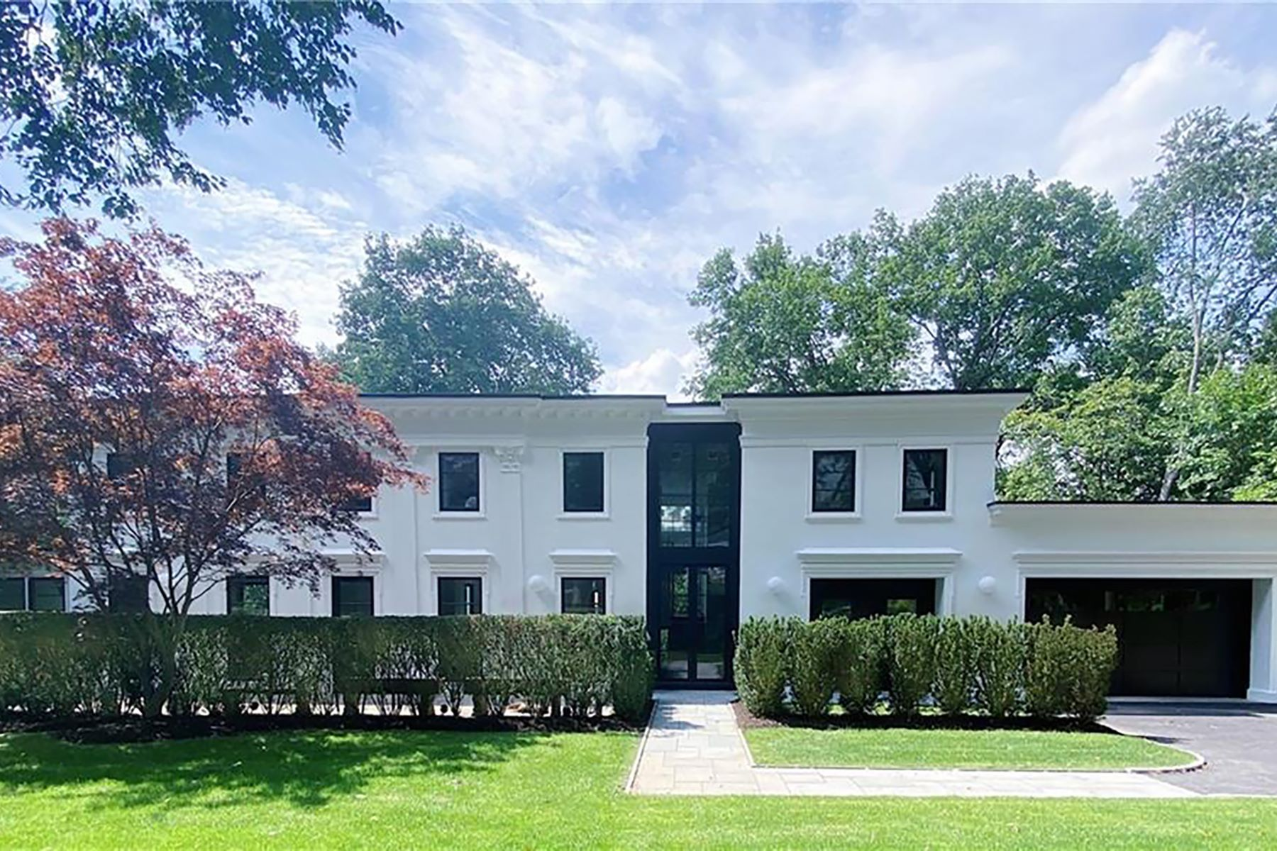 Single Family Homes 為 出售 在 Home with Grand Architecture and Curated Interiors 3 Claremont Road, Scarsdale, 纽约 10583 美國