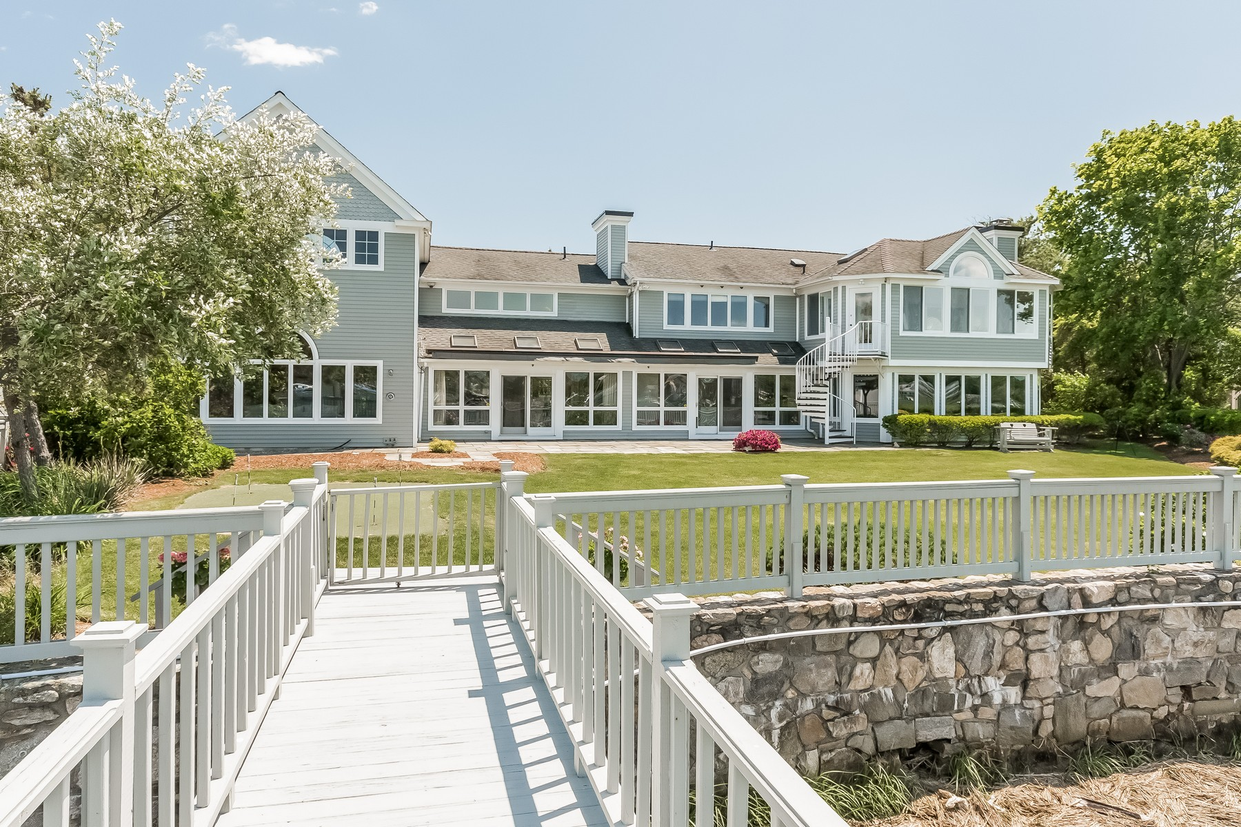 Maison unifamiliale pour l Vente à Yachtsman's Paradise! Renovated Saugatuck Shores Waterfront Colonial 2 Surf Road Westport, Connecticut 06880 États-Unis