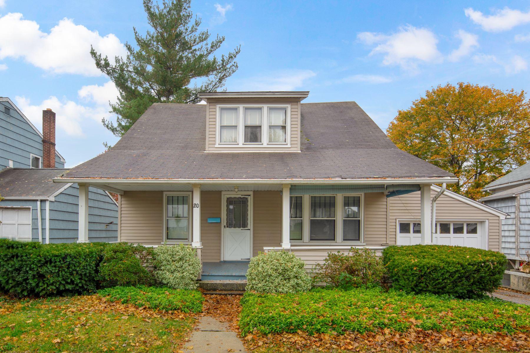 Single Family Homes för Försäljning vid Charming Cape 20 Homestead Avenue, Danbury, Connecticut 06810 Förenta staterna