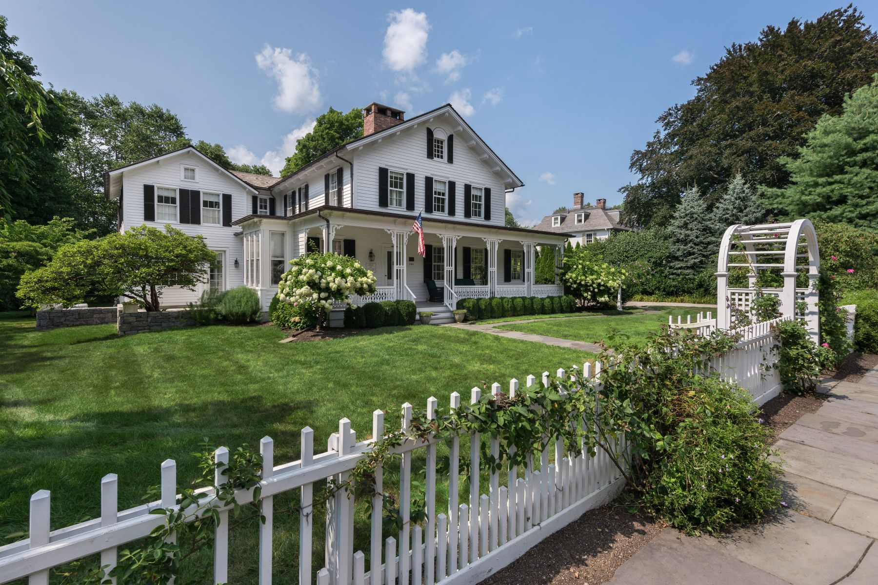 Single Family Homes pour l Vente à Impeccable Southport Village Colonial 944 Pequot Avenue Fairfield, Connecticut 06890 États-Unis