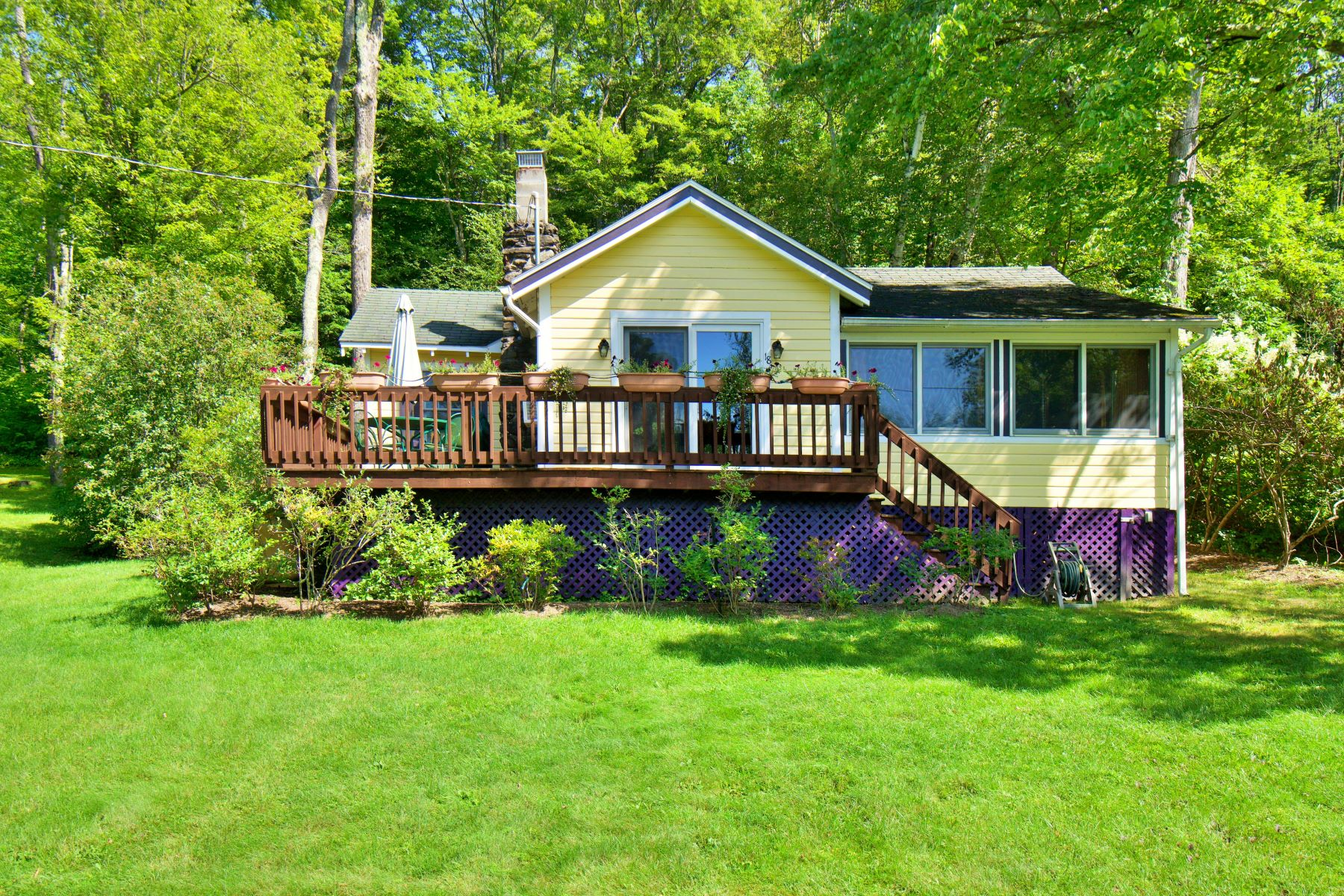 Single Family Homes 为 销售 在 Charming Three-Season Cabin Close to Stockbridge Bowl Beach 18 Mahkeenac Heights 克布里奇, 马萨诸塞州 01262 美国