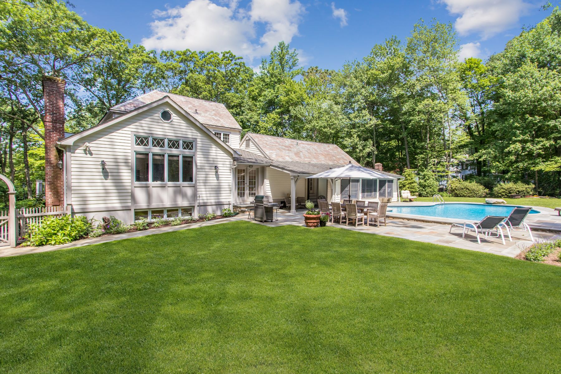 Single Family Homes للـ Sale في Enjoy This Move-in Ready Retreat! 107 New Canaan Road, Wilton, Connecticut 06897 United States